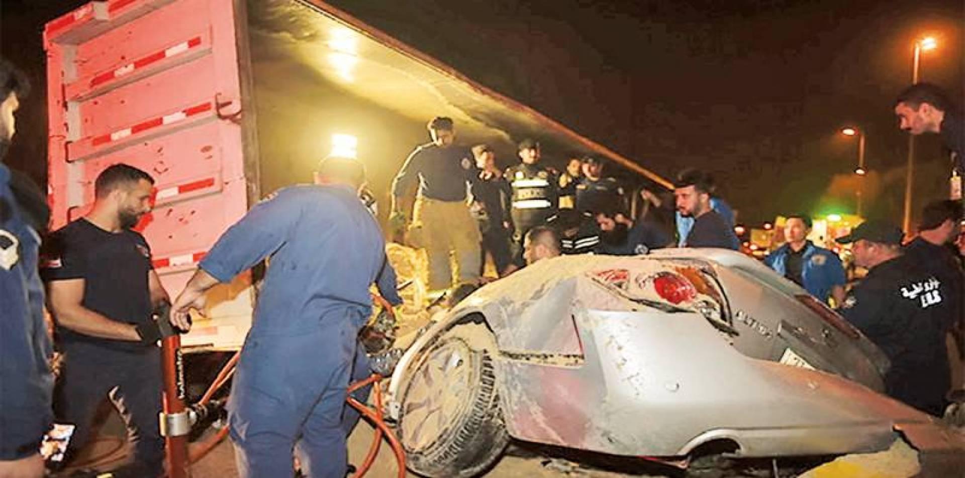 رجال الإطفاء أثناء إنقاذهم المحشورين في حادث التصادم