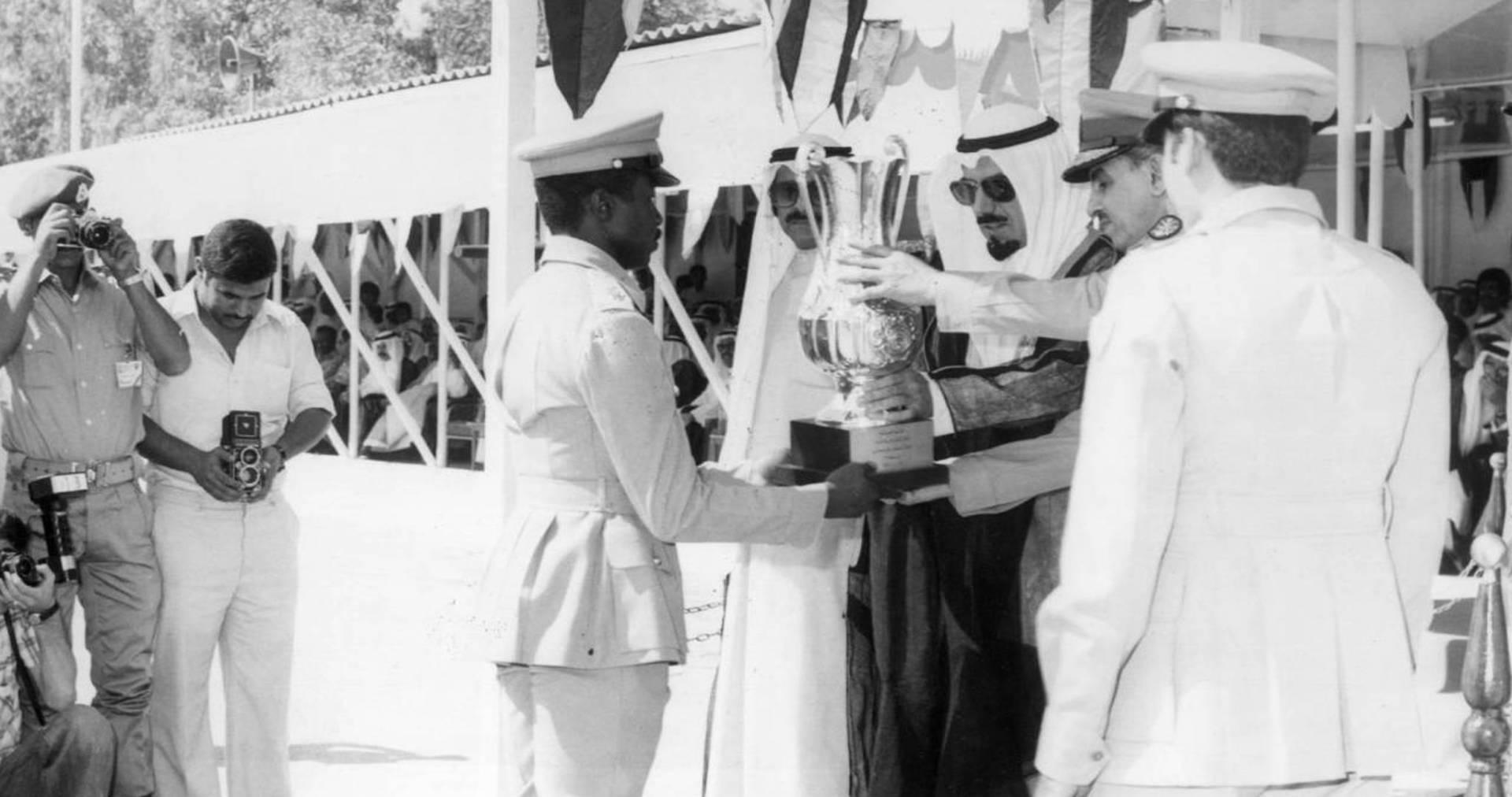 سمو الأمير يسلم أول الخريجين كأس التفوق