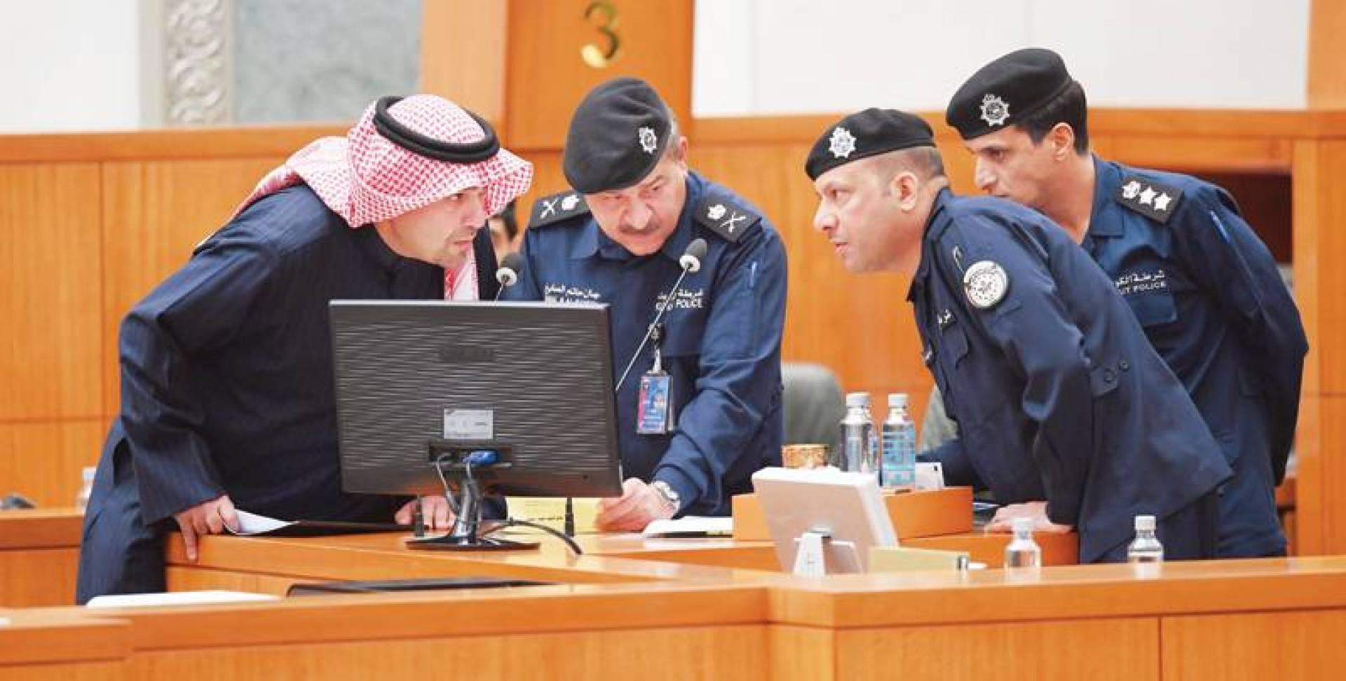 حوار بين الصالح وقيادات الداخلية خلال الجلسة