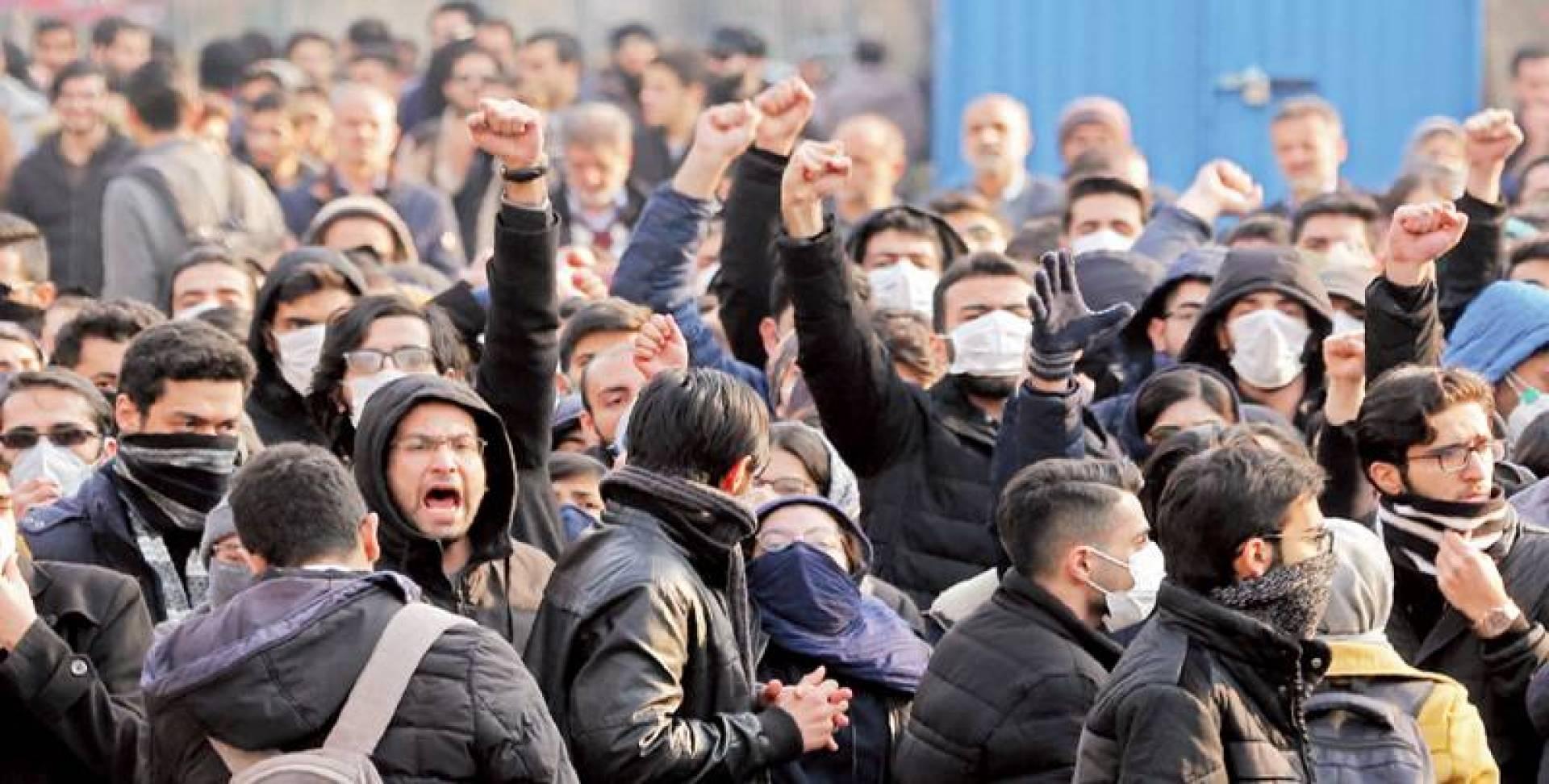 طلاب إيرانيون في جامعة طهران يهتفون خلال تظاهرة تنديداً بطريقة تعامل السلطات مع إسقاط الطائرة الأوكرانية   أ.ف.ب