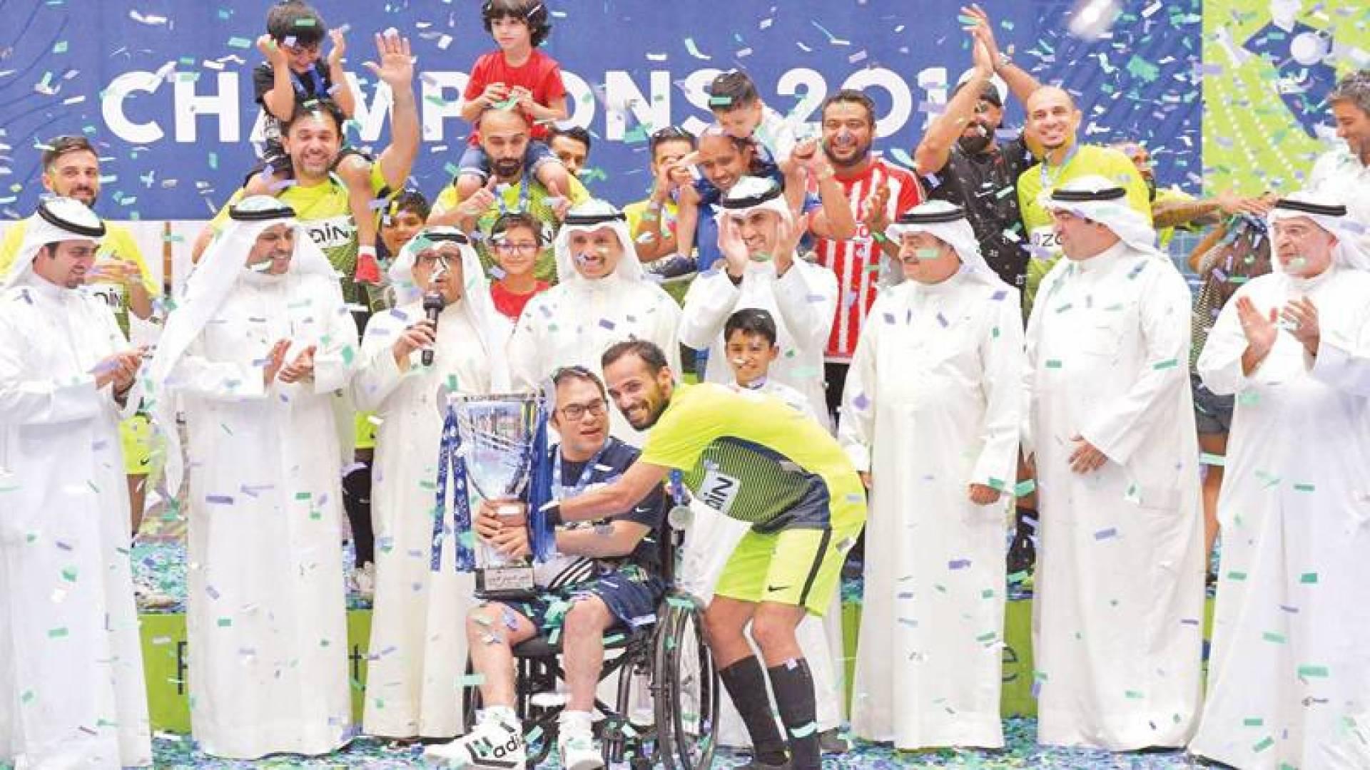 بدر الخرافي خلال تتويج الفريق الفائز بدورة الروضان الرمضانية لكرة القدم