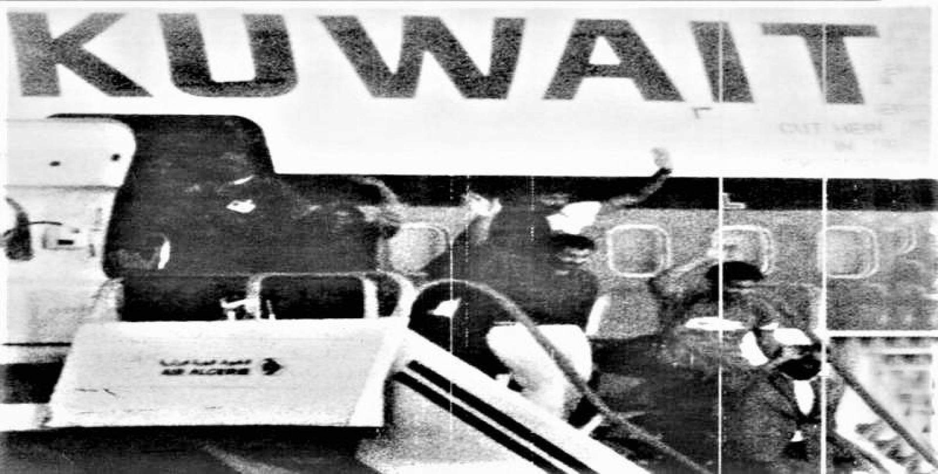 الرهائن يخطون أول خطوة نحو الحرية بعد انتهاء المأساة واستسلام الخاطفين وتحرير طائرة الجابرية بالكامل