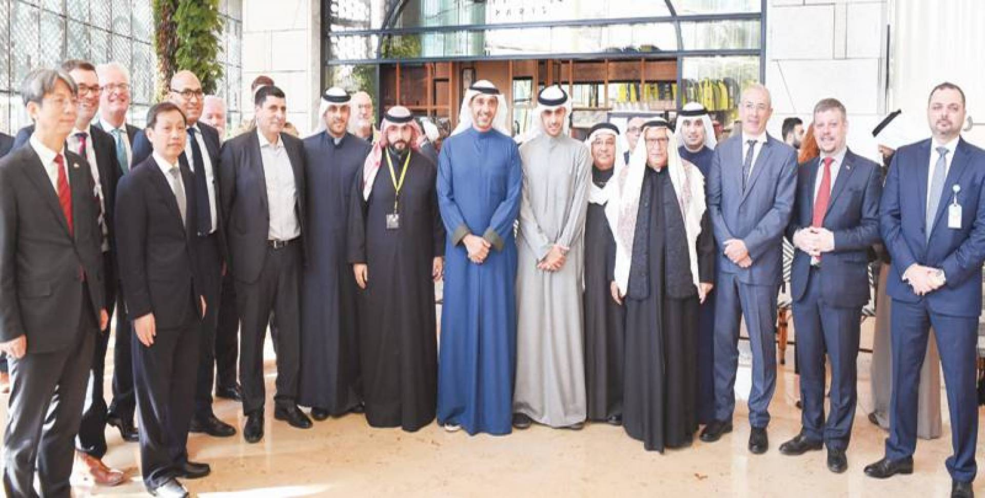 العبد الله والخرافي متوسطَينِ عدداً من السفراء والدبلوماسيين خلال افتتاح المعرض