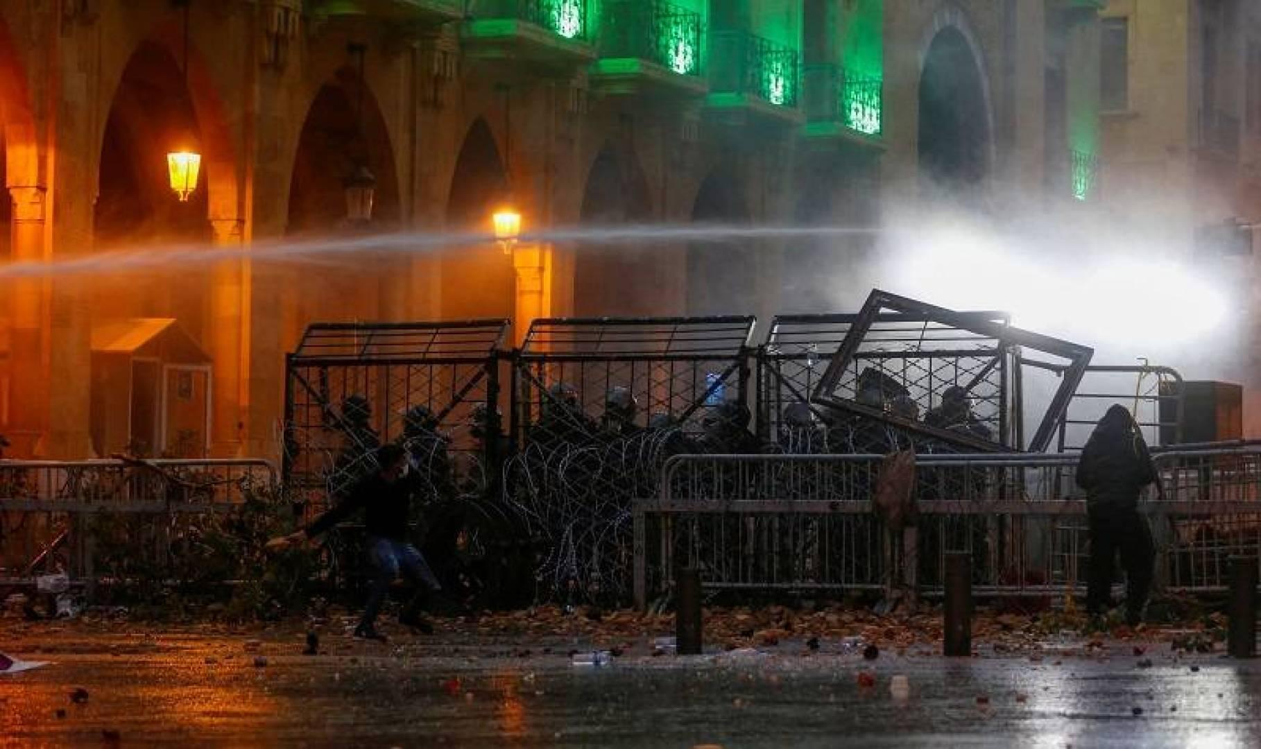 قوات الأمن اللبنانية تطلق مدافع المياه على محتجين قرب البرلمان