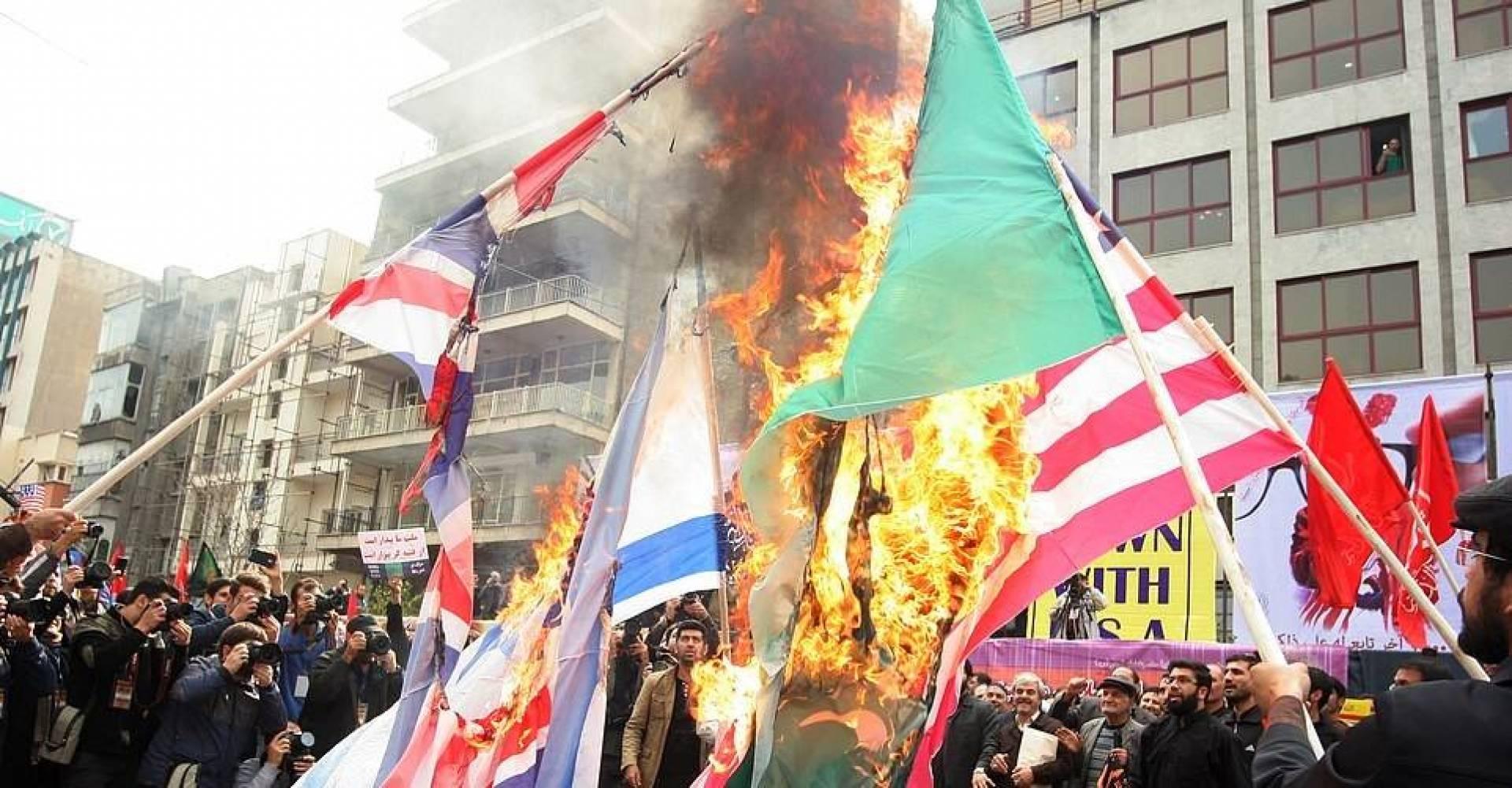 ازدهار صناعة الأعلام الأميركية والبريطانية في إيران