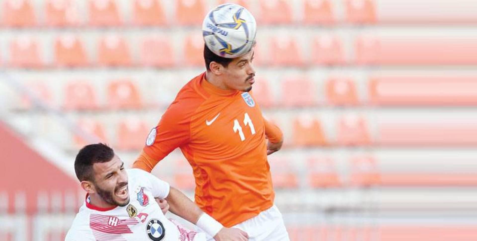 صراع على الكرة بين عبد الله الظفيري وفهد الهاجري   تصوير بسام زيدان