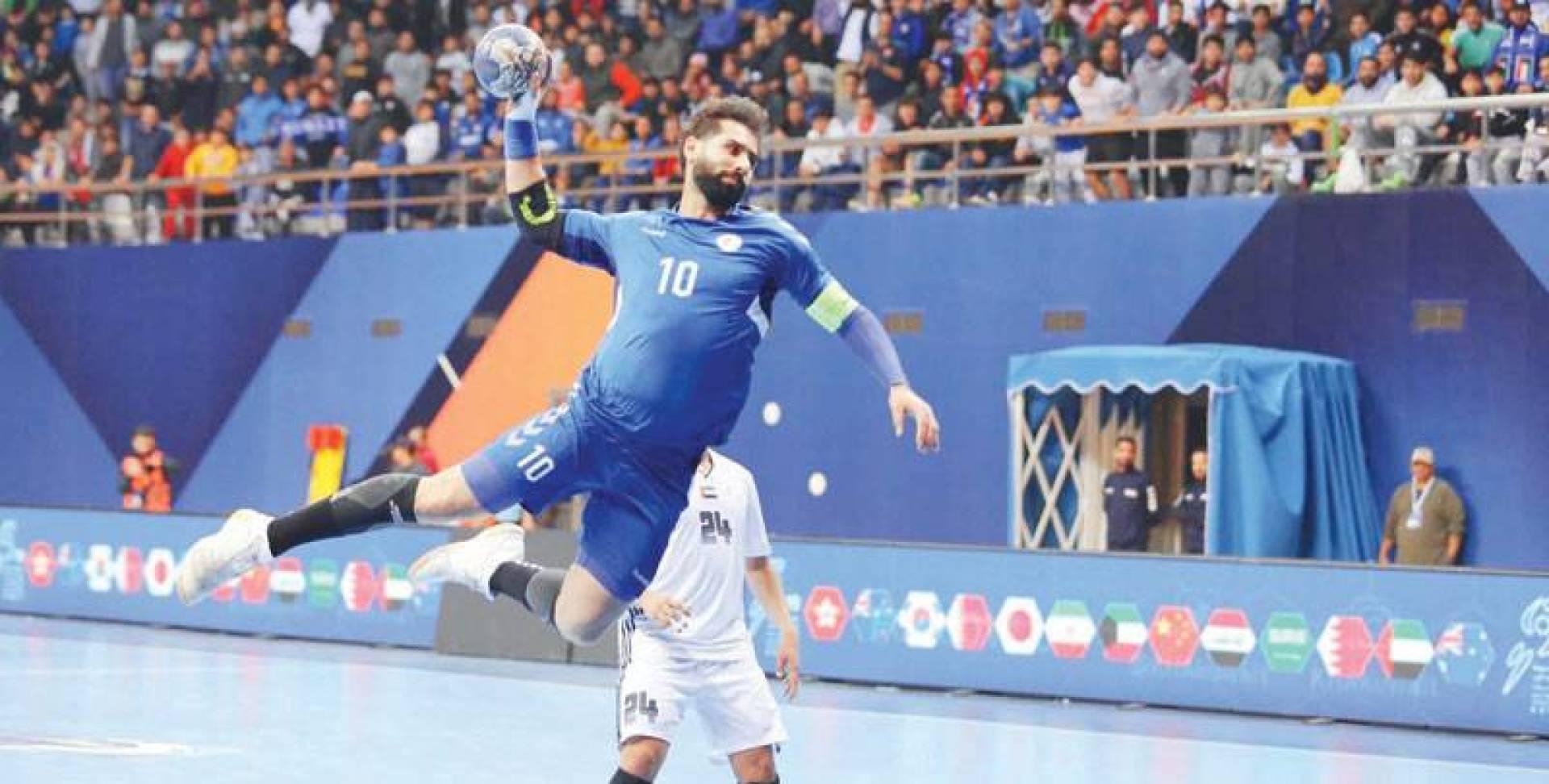 مهدي القلاف قائد المنتخب في محاولة لإحراز هدف ضد الإمارات