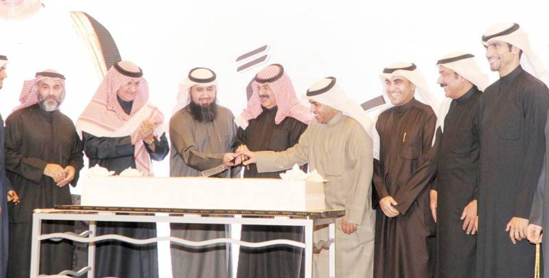 الجارالله ومسؤولو «المهندسين» يقطعون كيكة الاحتفال   تصوير سيد سليم