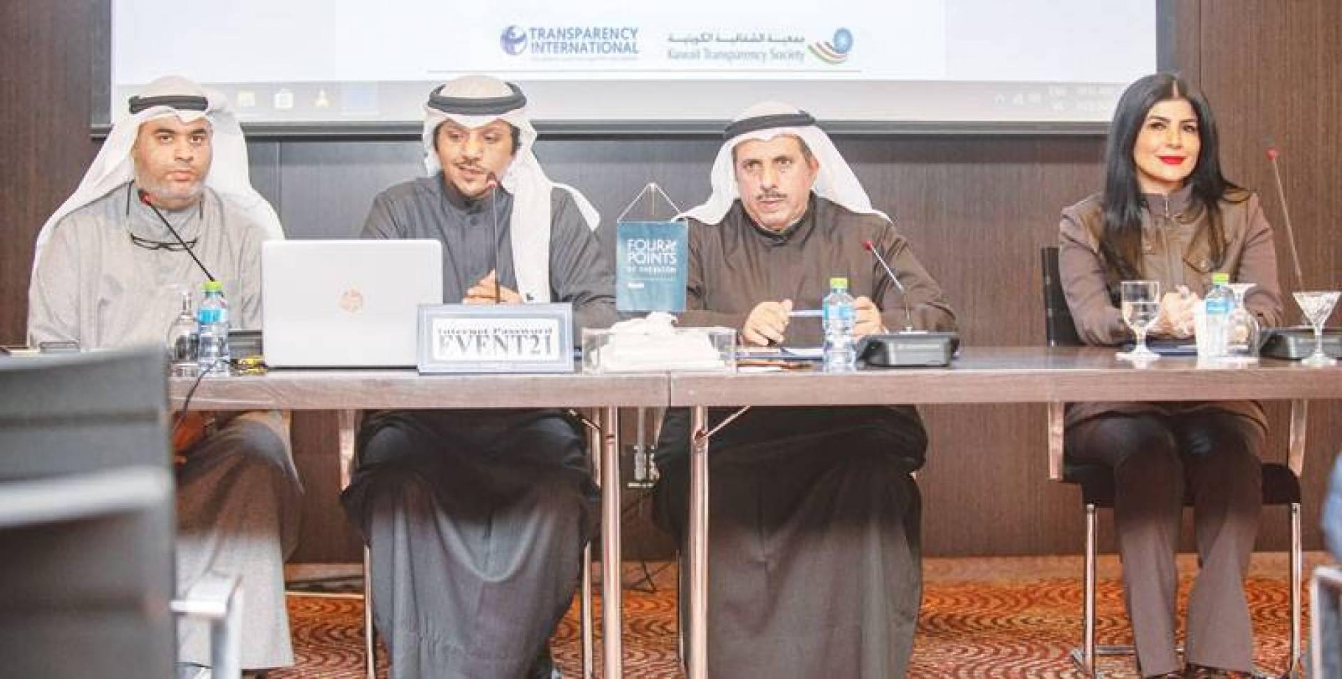 قياديو «الشفافية» خلال المؤتمر الصحافي | تصوير محمود الفوريكي