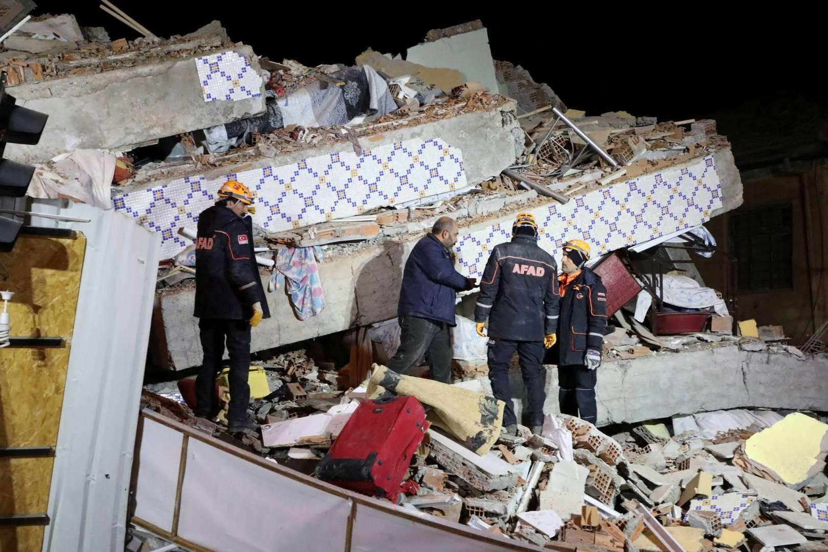 20 قتيلاً و 1015 مصاباً في زلزال تركيا