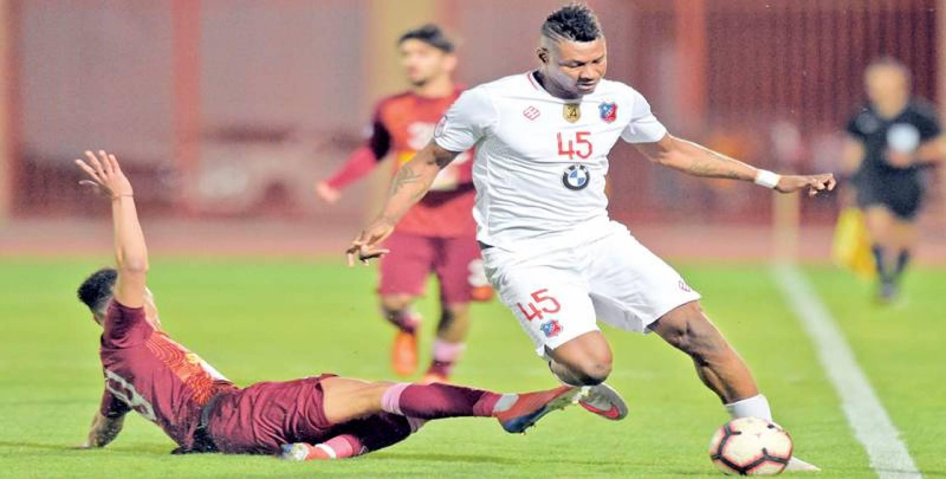 جمعة سعيد محاولاً المرور من لاعب النصر في لقاء سابق