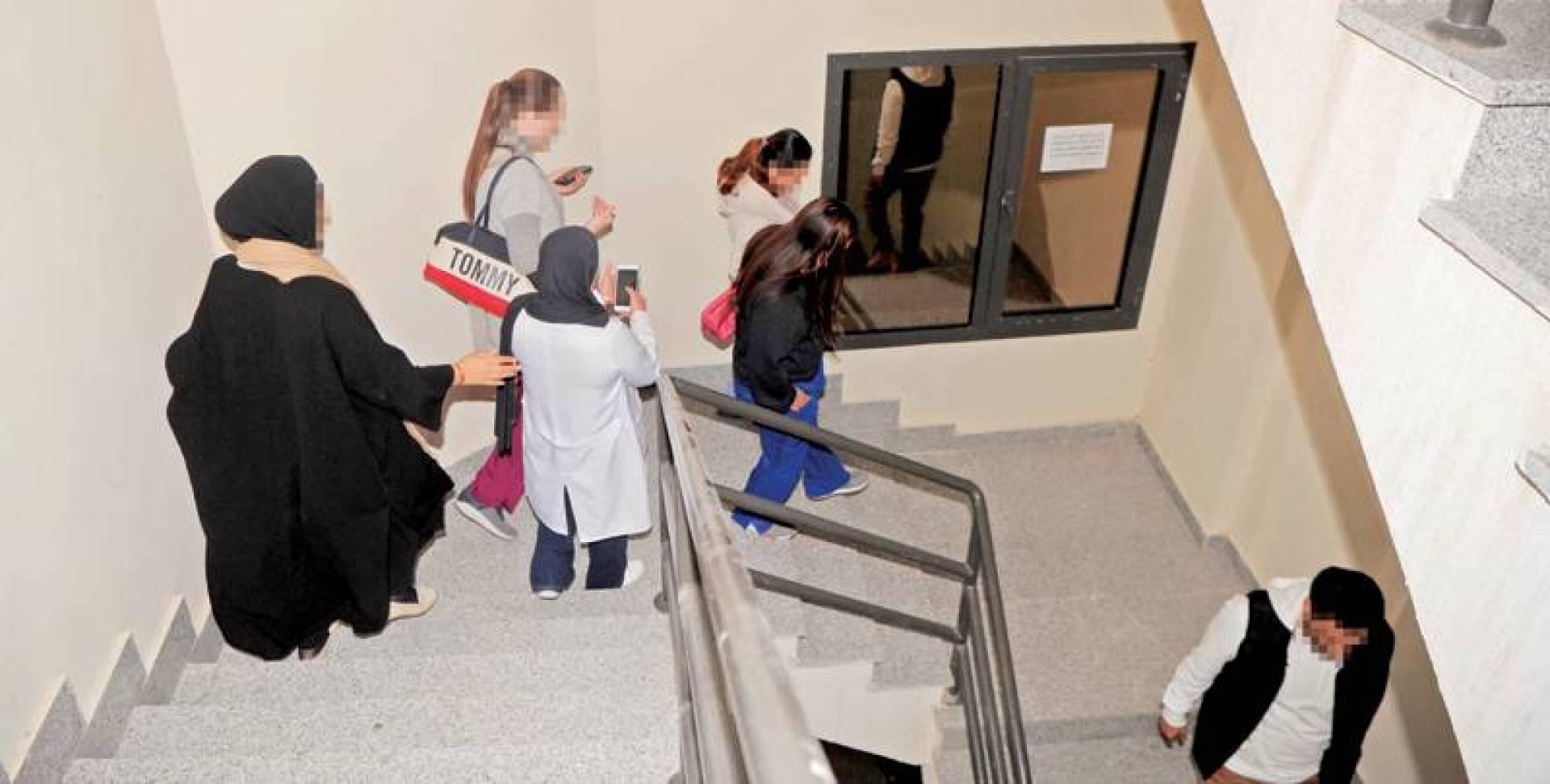 مفتشة تقود المخالفات بعد رصدهن في إحدى العيادات