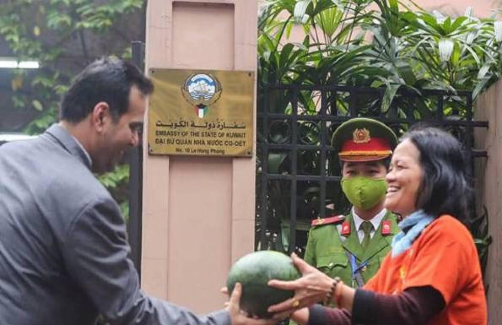سفارتنا في فيتنام تواجه «كورونا».. بالبطيخ