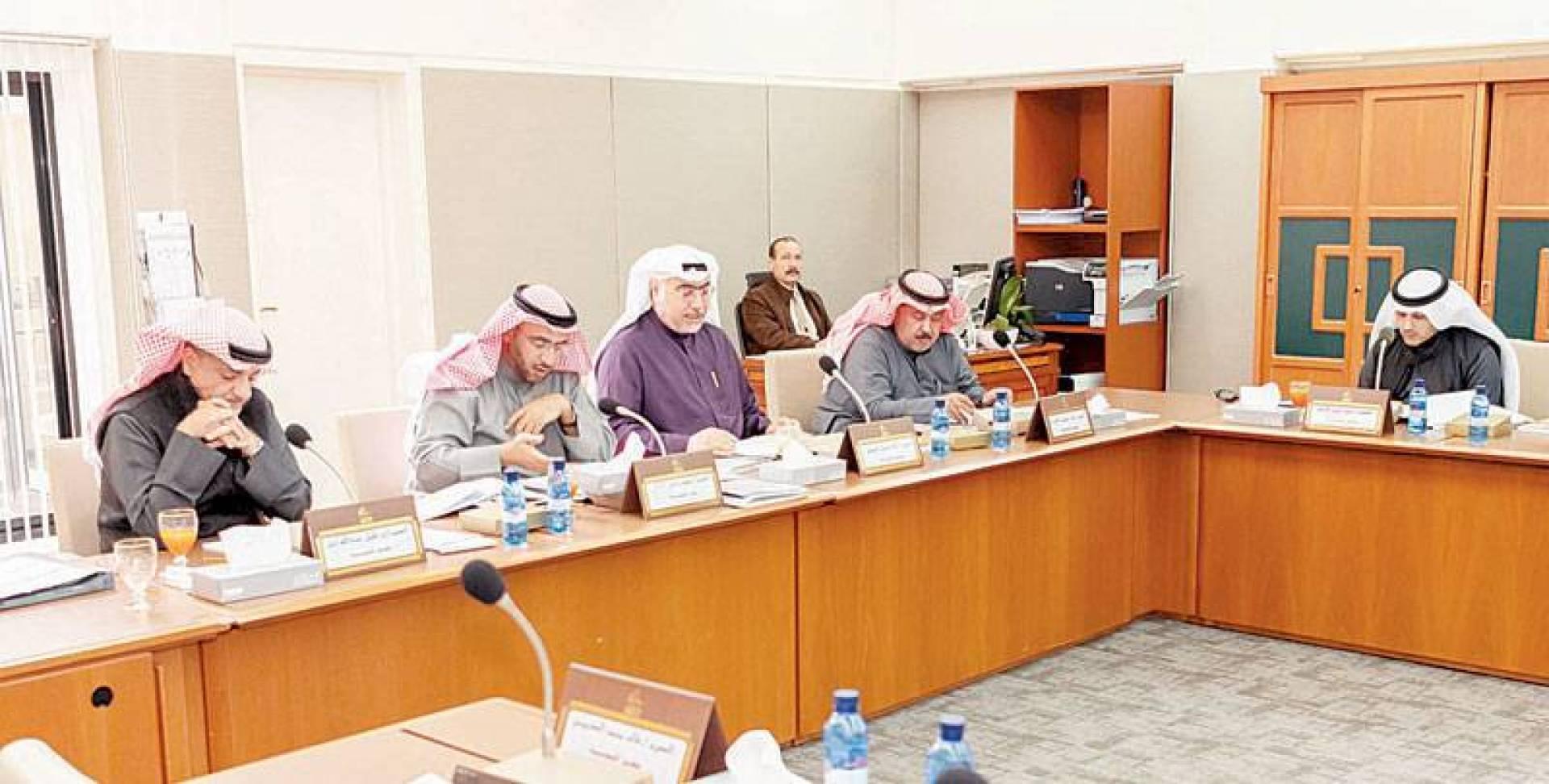 الفضل ودميثير والشطي والدلال خلال اجتماع اللجنة التشريعية أمس
