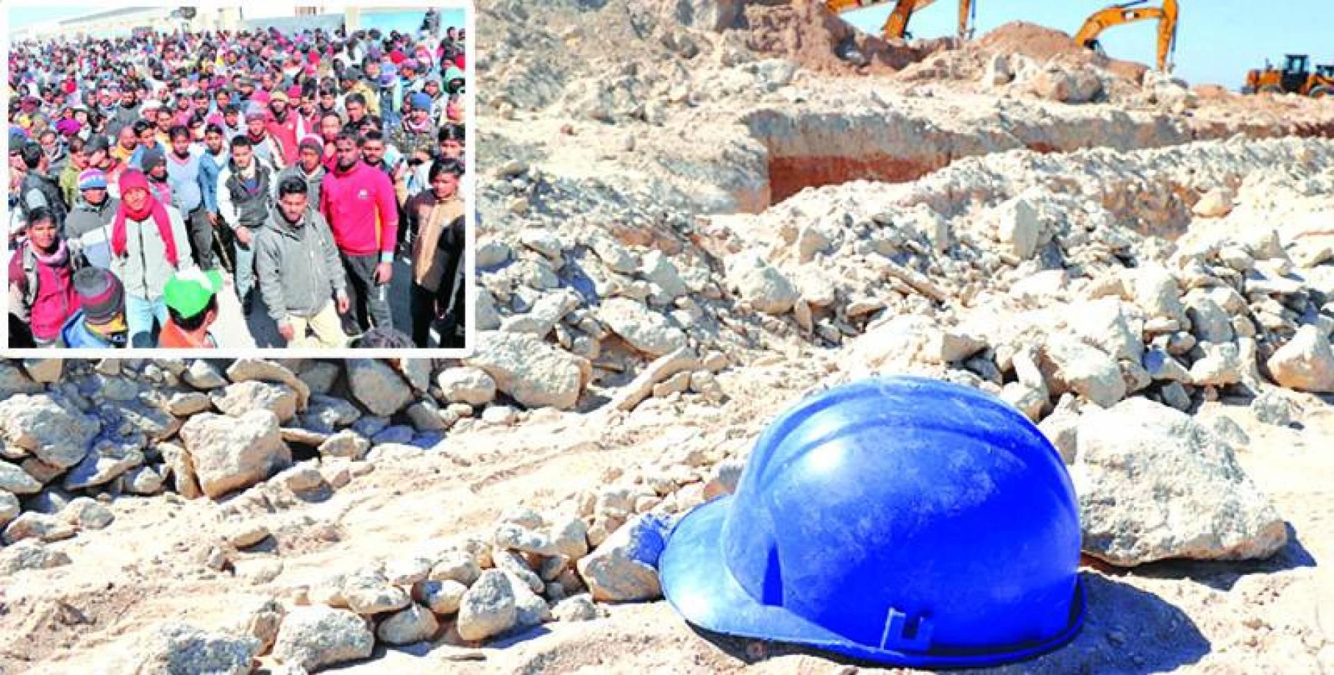 خوذة السلامة شاهدة على الانهيار! .. وفي الإطار جانب من إضراب العمال | تصوير حسني هلال