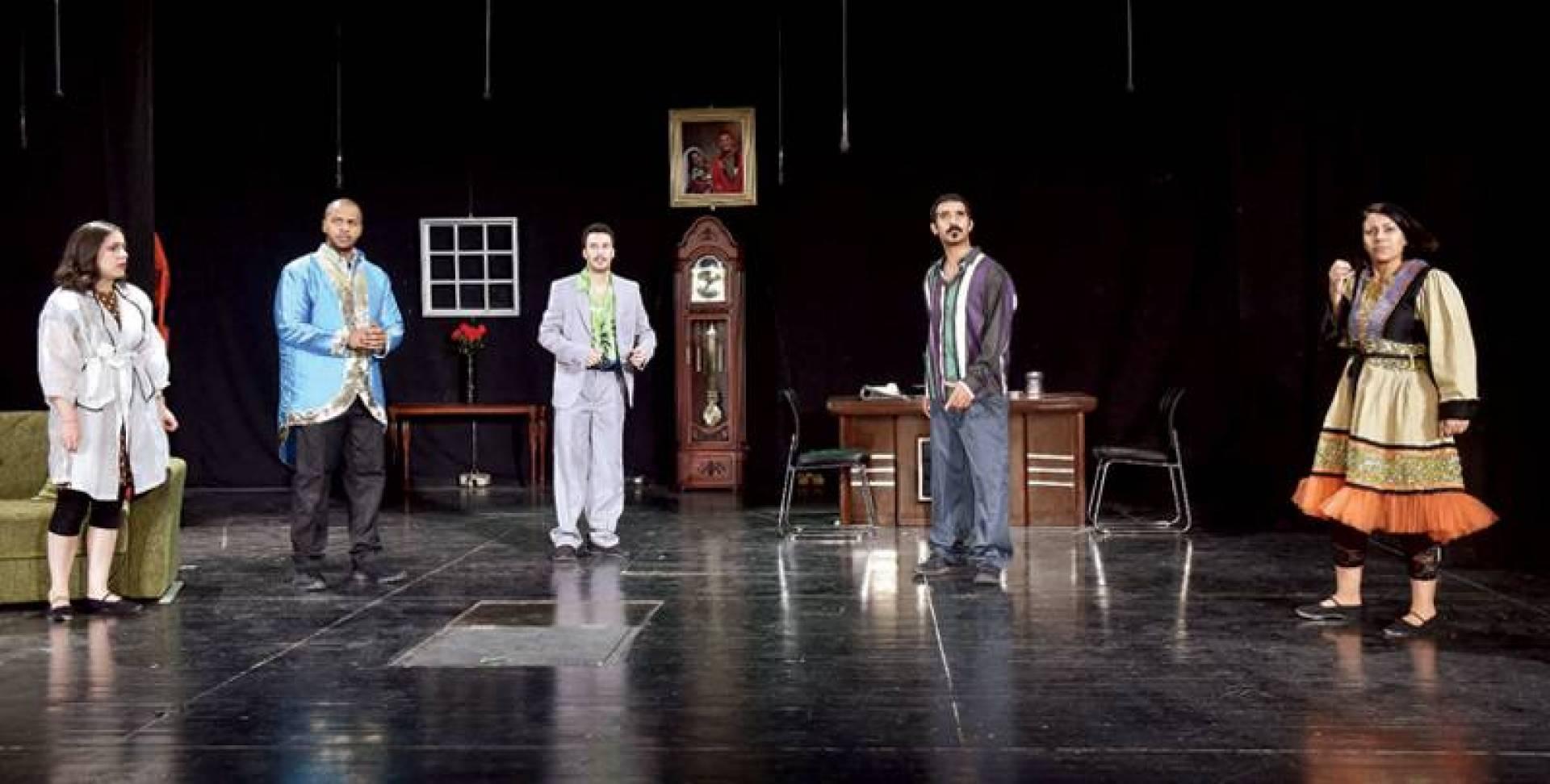 مشهد من مسرحية «قابل للانفجار»