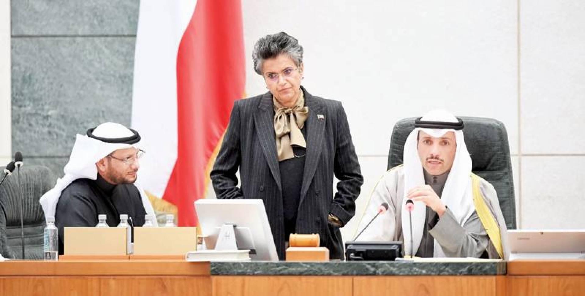 الغانم مترئسا الجلسة أمس .. وإلى جواره الهاشم والشيتان