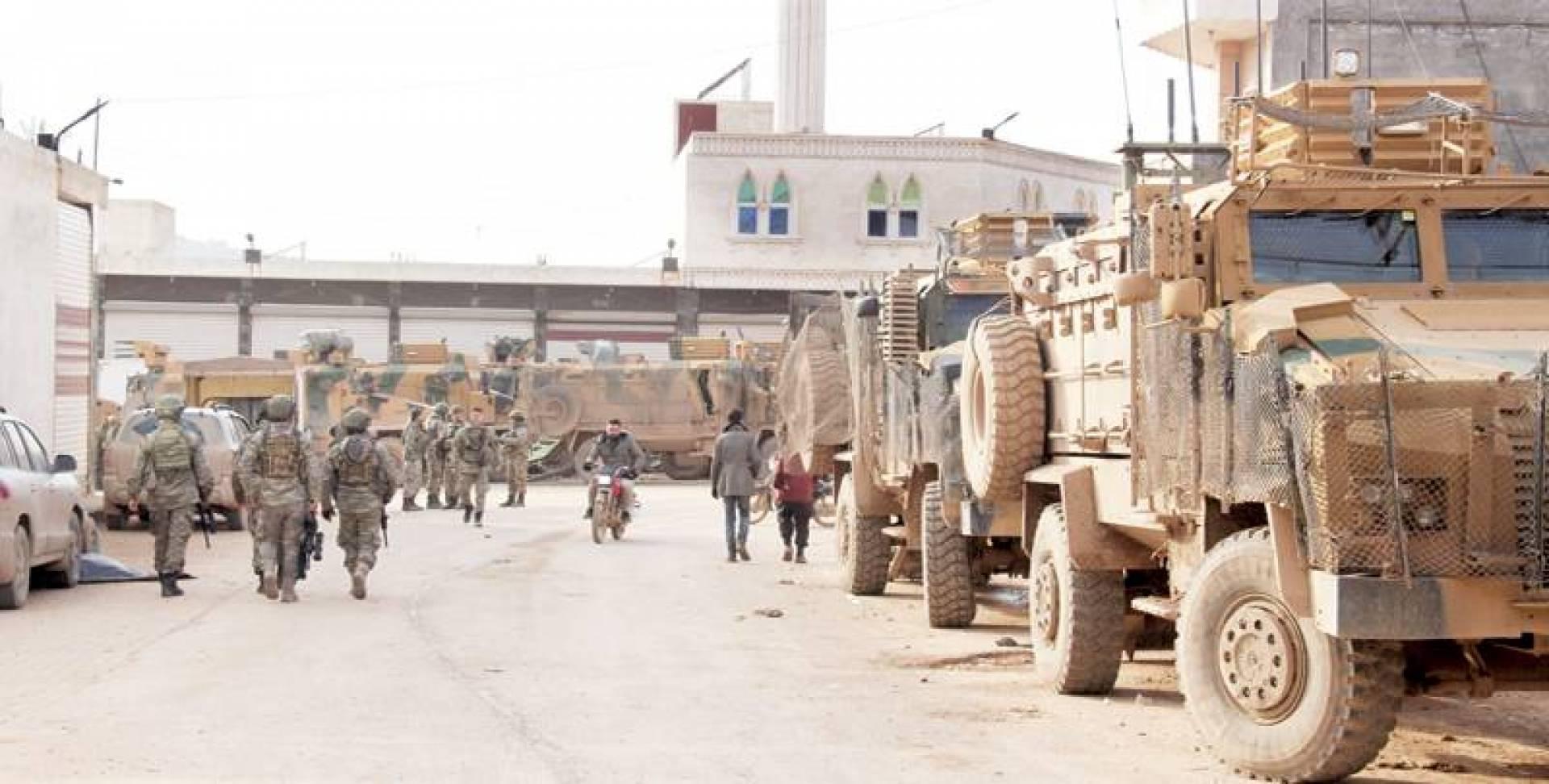 رتل عسكري تركي في مدينة سرمدا شمالي إدلب أمس | أ ف ب