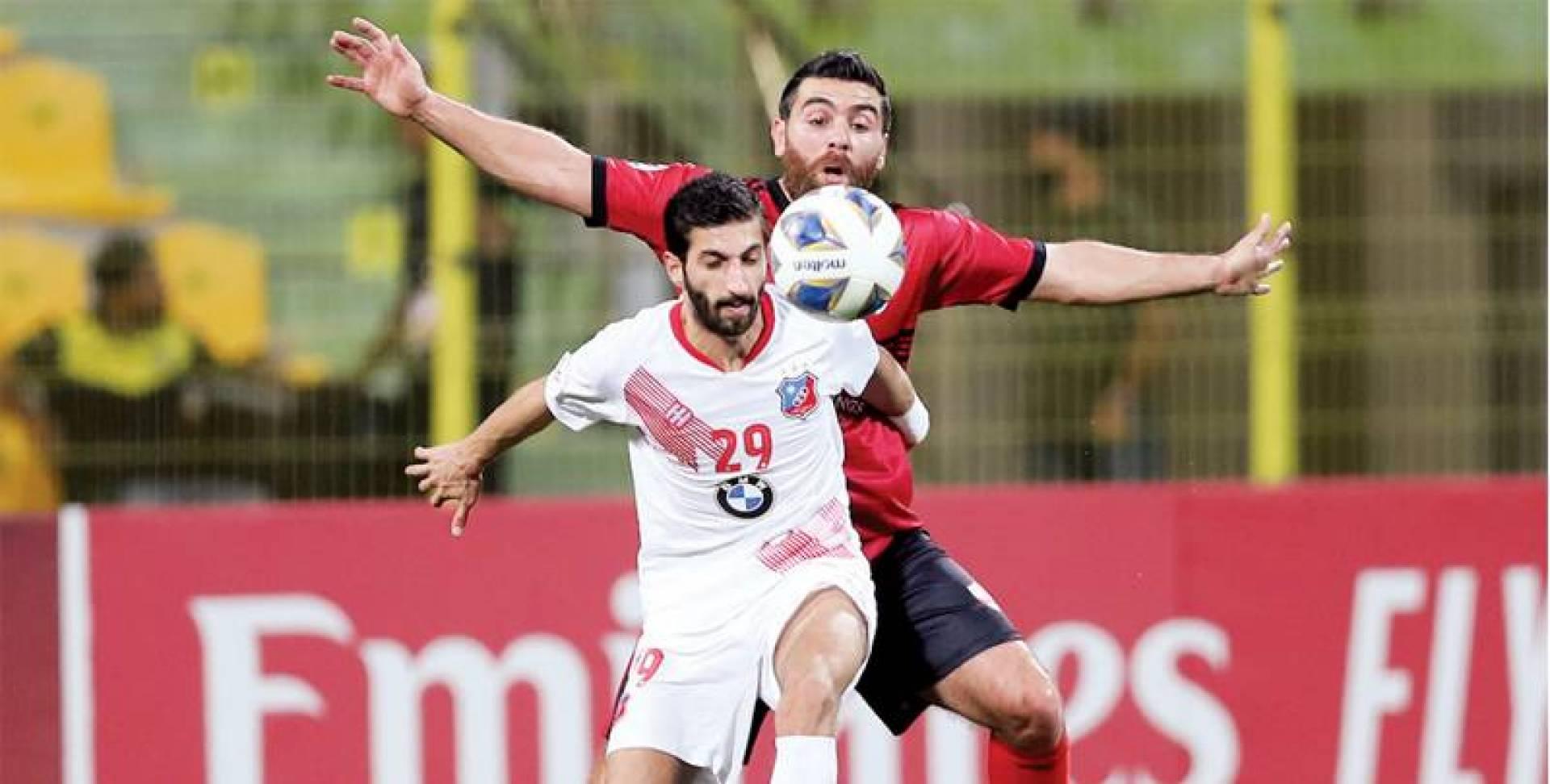 أحمد الزنكي يحاول الاستحواذ على الكرة