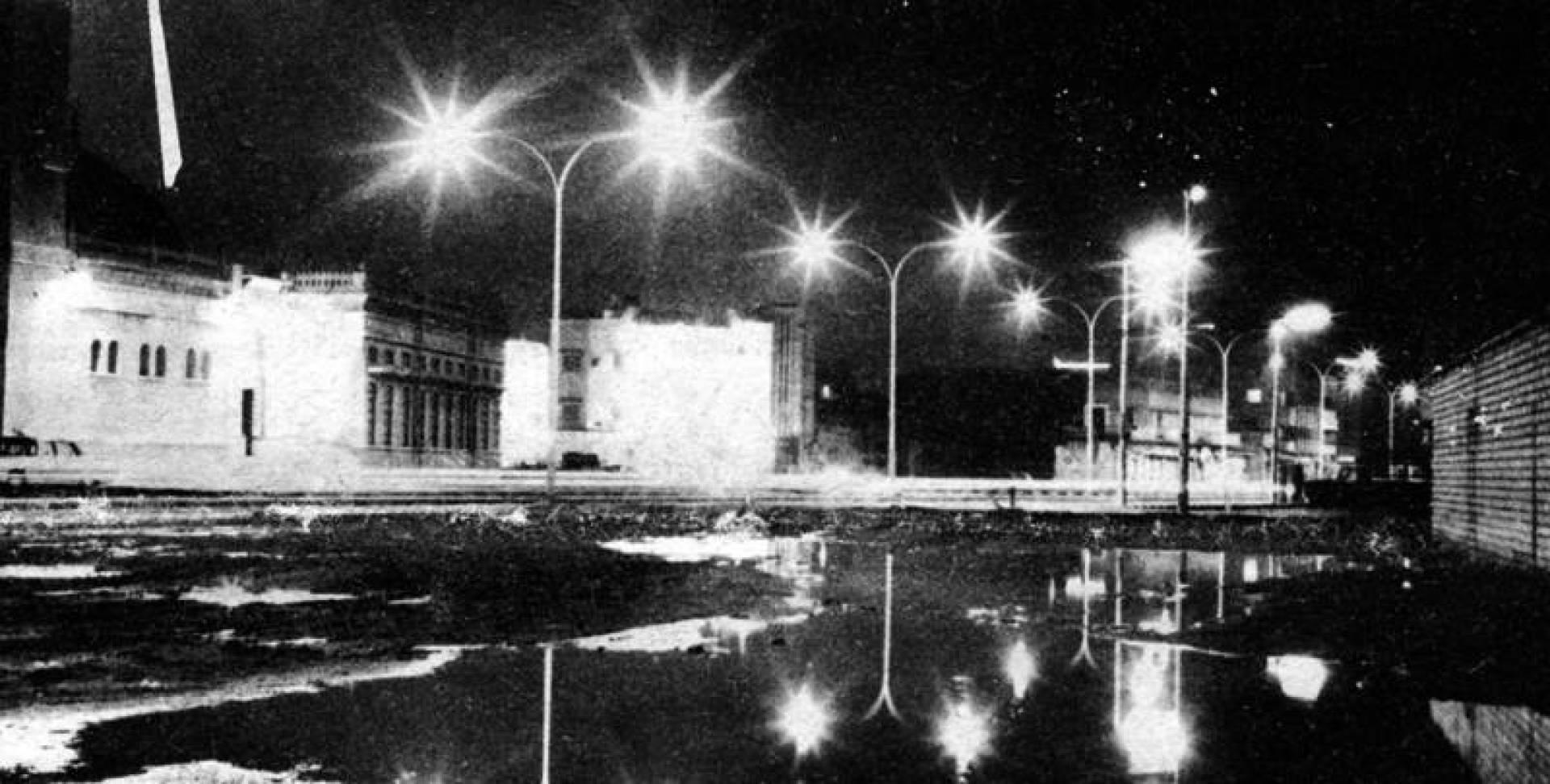 عدد من السيول وقد انعكست الأضواء عليها فبدت كالبحيرات الصغيرة التي تتلالأ بالأنوار.. أرشيفية