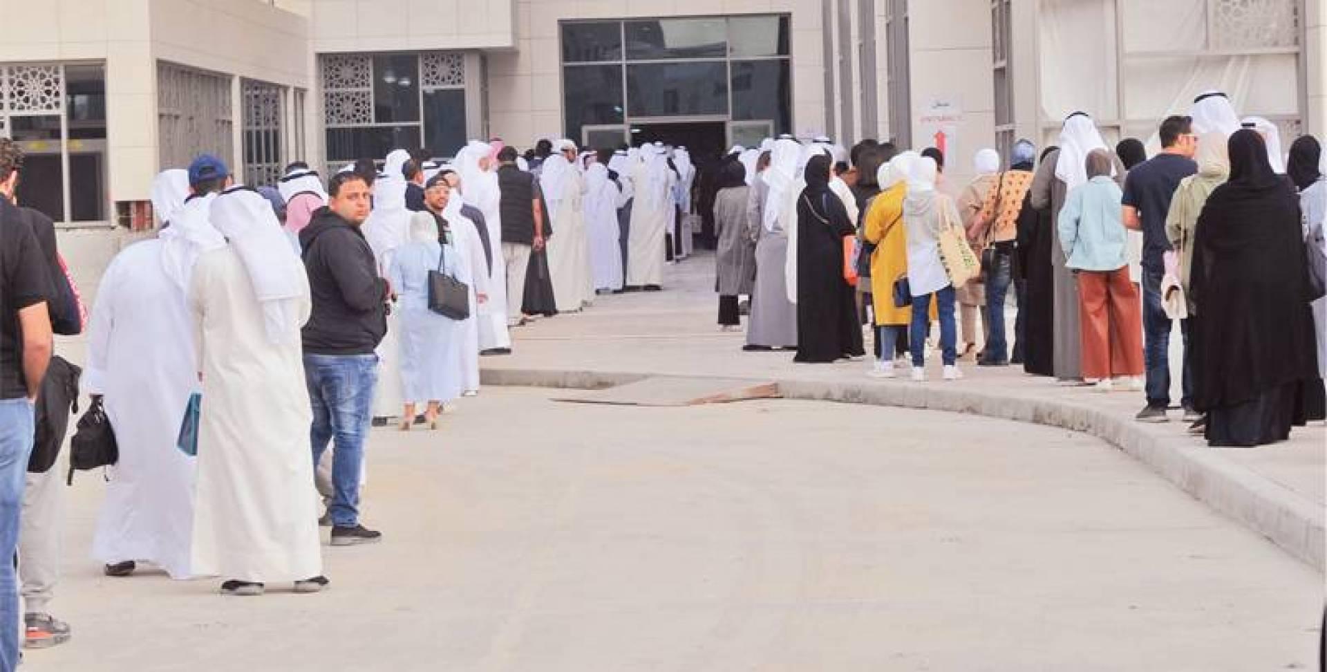 طوابير الفحص الطبي قبل الدخول إلى مجمع الوزارات (تصوير: سيد سليم)