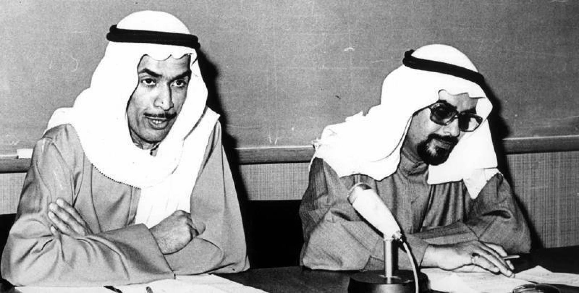 الدكتور الرميحي إلى اليمين، وإلى جانبه مقدمه السيد محمد القاضي.. أرشيفية