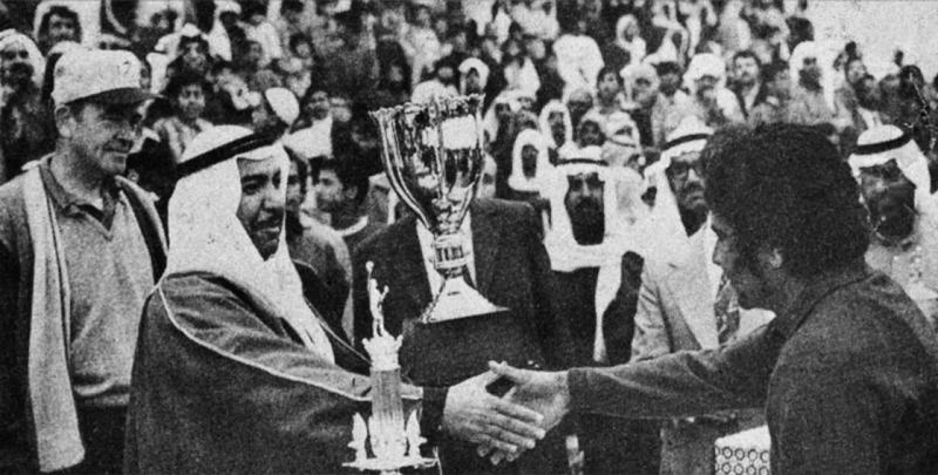 محافظ الأحمدي يسلم كأسه ليوسف السليم.. أرشيفية
