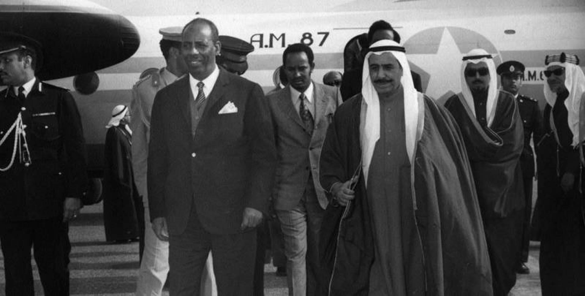 الأمير والرئيس الصومالي لدى نزول الضيف من الطائرة.. أرشيفية