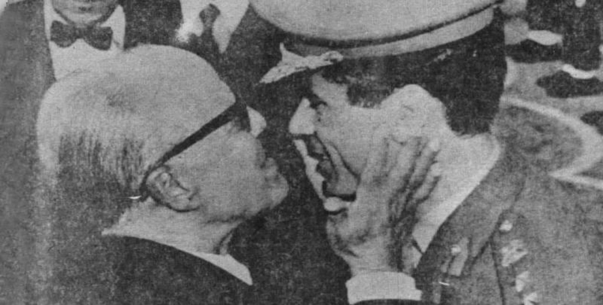 بورقيبة والقذافي يتعانقان رغم اختلاف النظريات