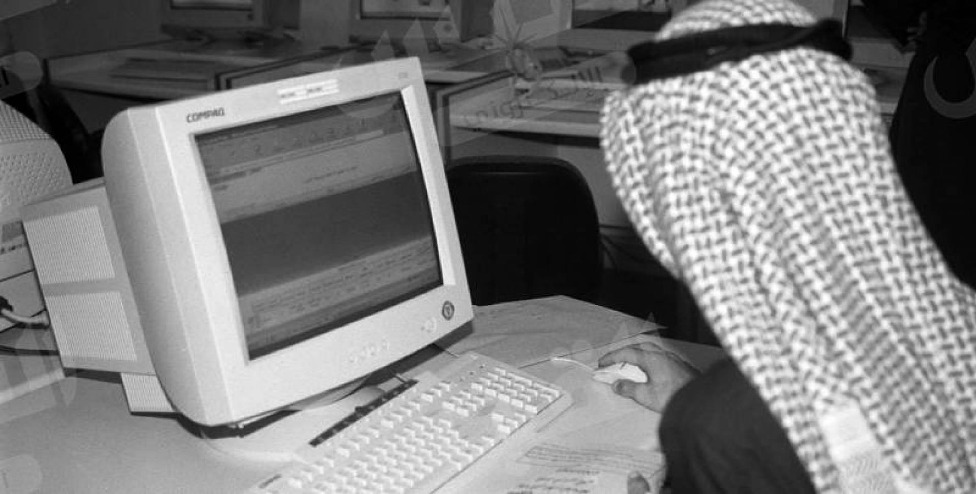كويتي يعمل على جهاز الكمبيوتر.. أرشيفية
