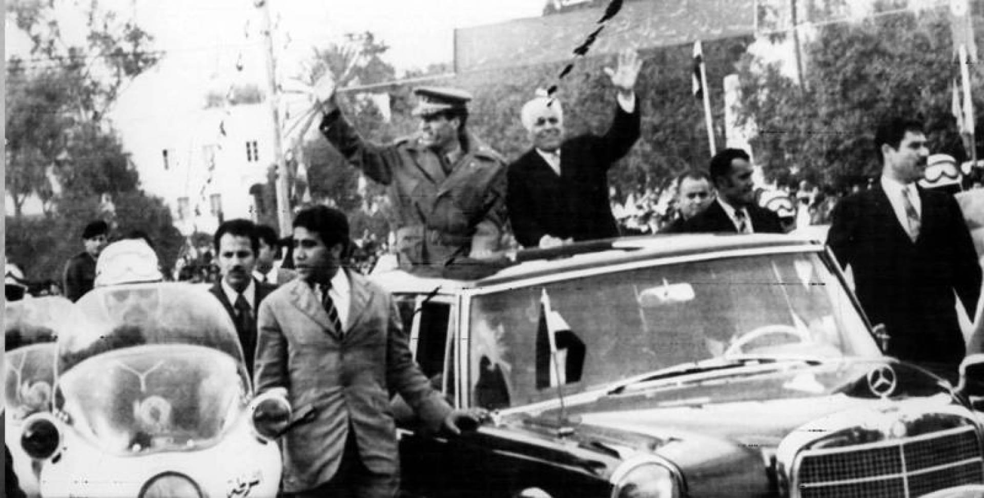 الرئيسان بورقيبة والقذافي يرفعان أيديهما تحية للجماهير التي احتشدت لتحيتها في جربة التونسية.. أرشيفية