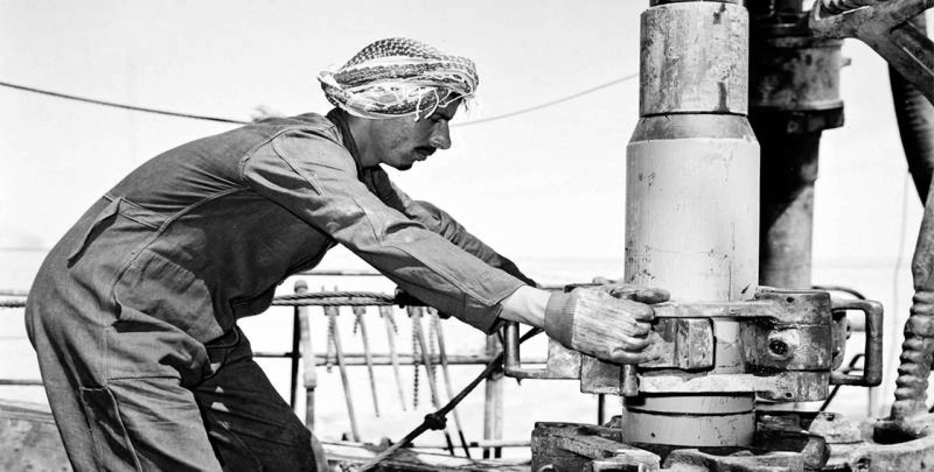 أحد العاملين بنفط الكويت أثناء صيانة أحد الآبار.. أرشيفية