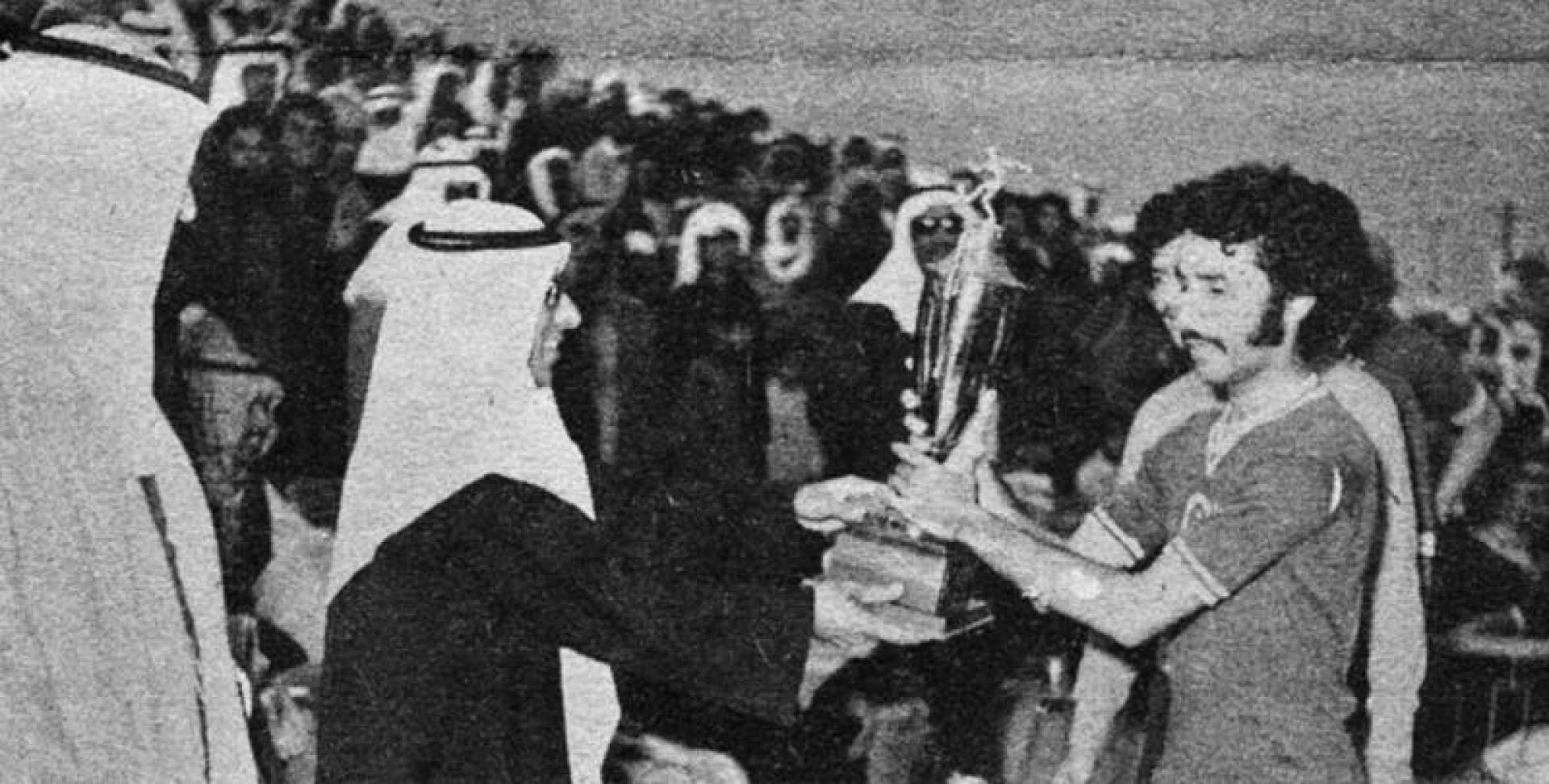 كابتن فريق العربي يتسلم كأس البطولة من يد نائب رئيس الاتحاد عبدالعزيز الرشيد.. أرشيفية