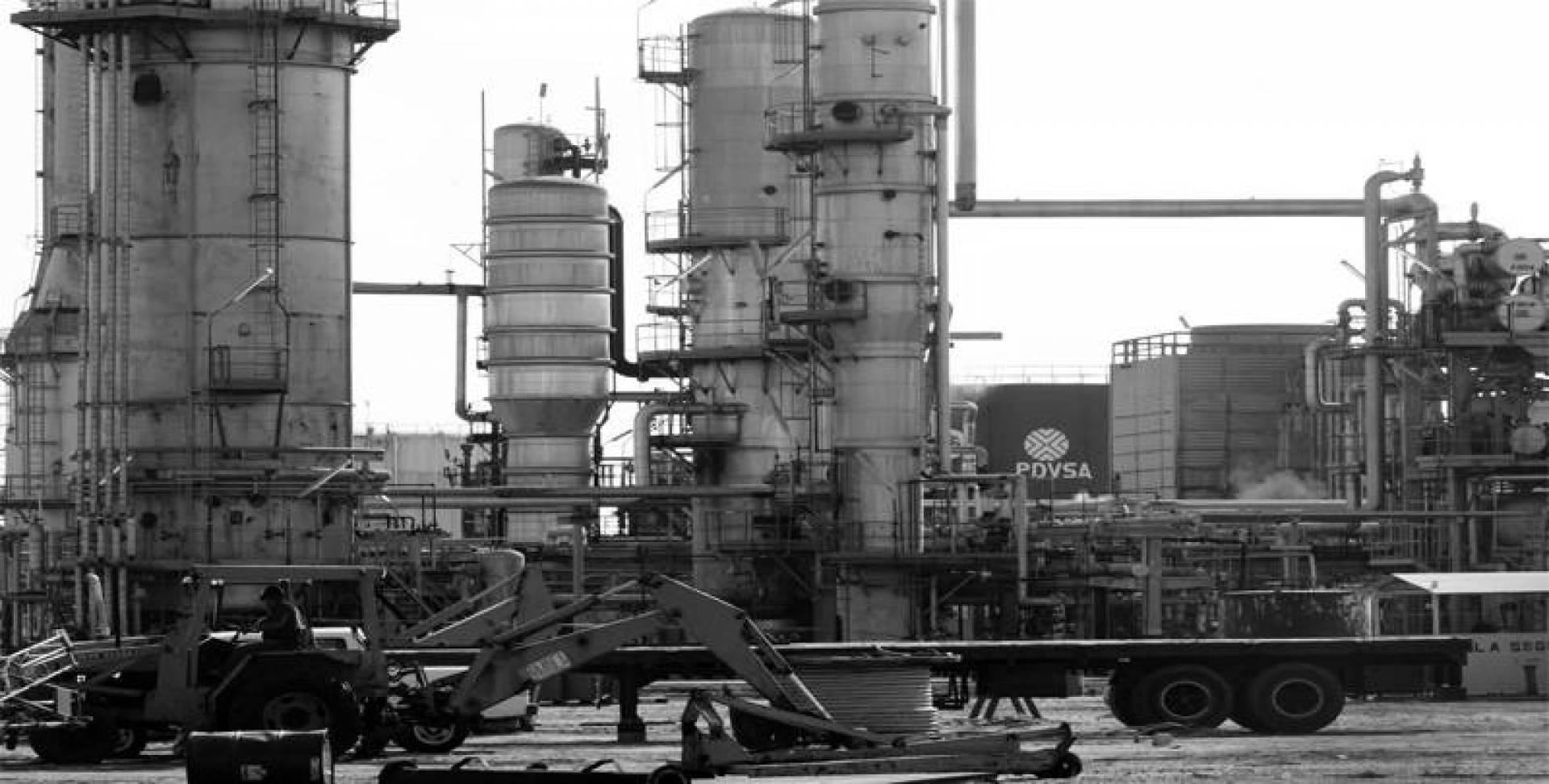 مصفاة النفط باكو غراند في مدينة ماريسبو الفنزويلية تواصل عملها علي الرغم من الإضراب في البلاد.. أرشيفية