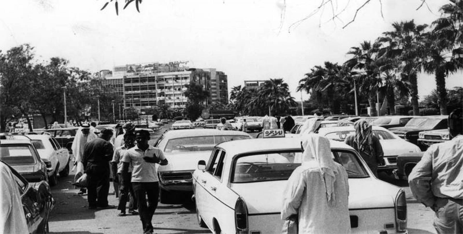 ازدحام في موقف سيارات الأجرة بالكويت قديمًا.. أرشيفية