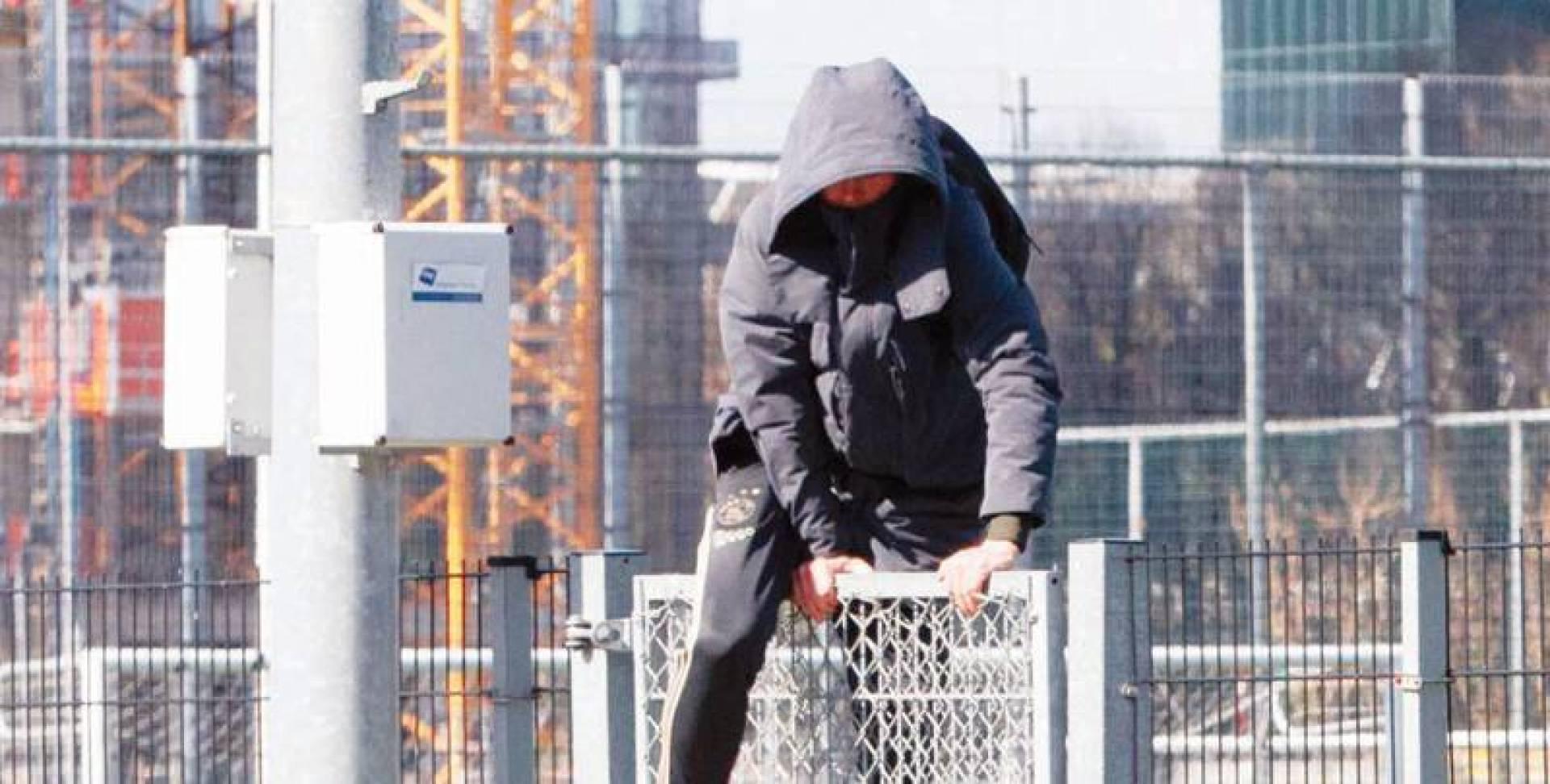صحيفة «آس» نشرت صورة لدي يونغ وهو يتسلق سور الملعب