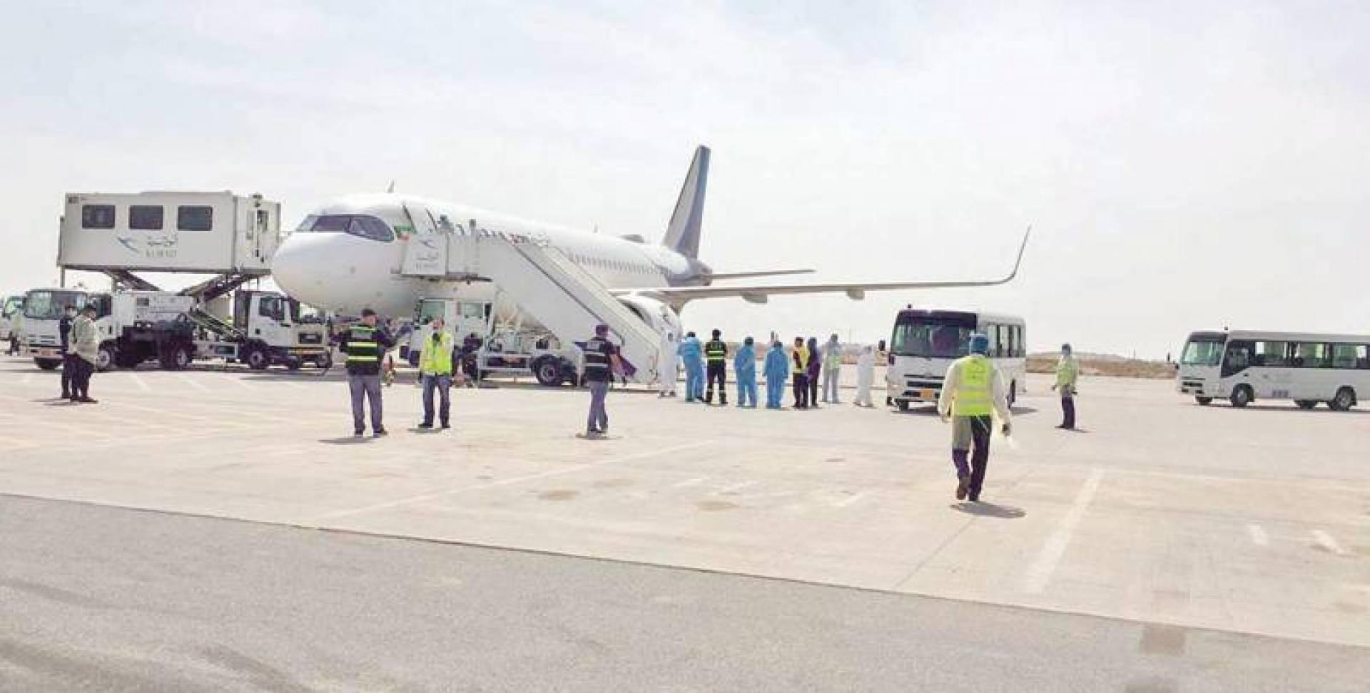 الطائرة عقب هبوطها في المطار
