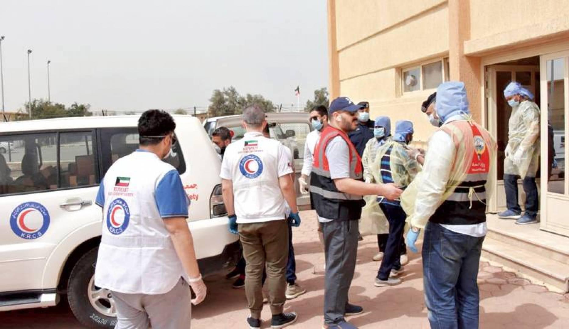 متطوعو «الهلال الأحمر» أثناء توزيع الوجبات