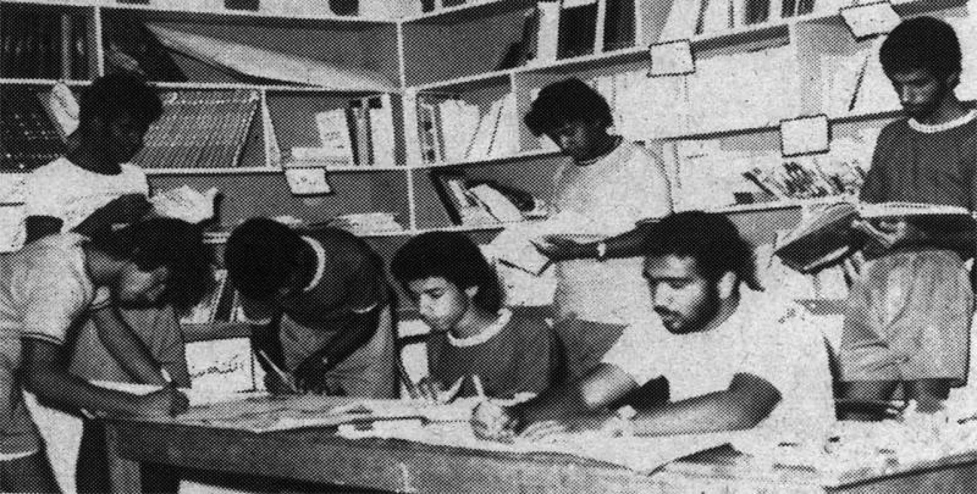 شباب معسكر الجهراء منهمكون في عمل نشرات جدارية.. أرشيفية