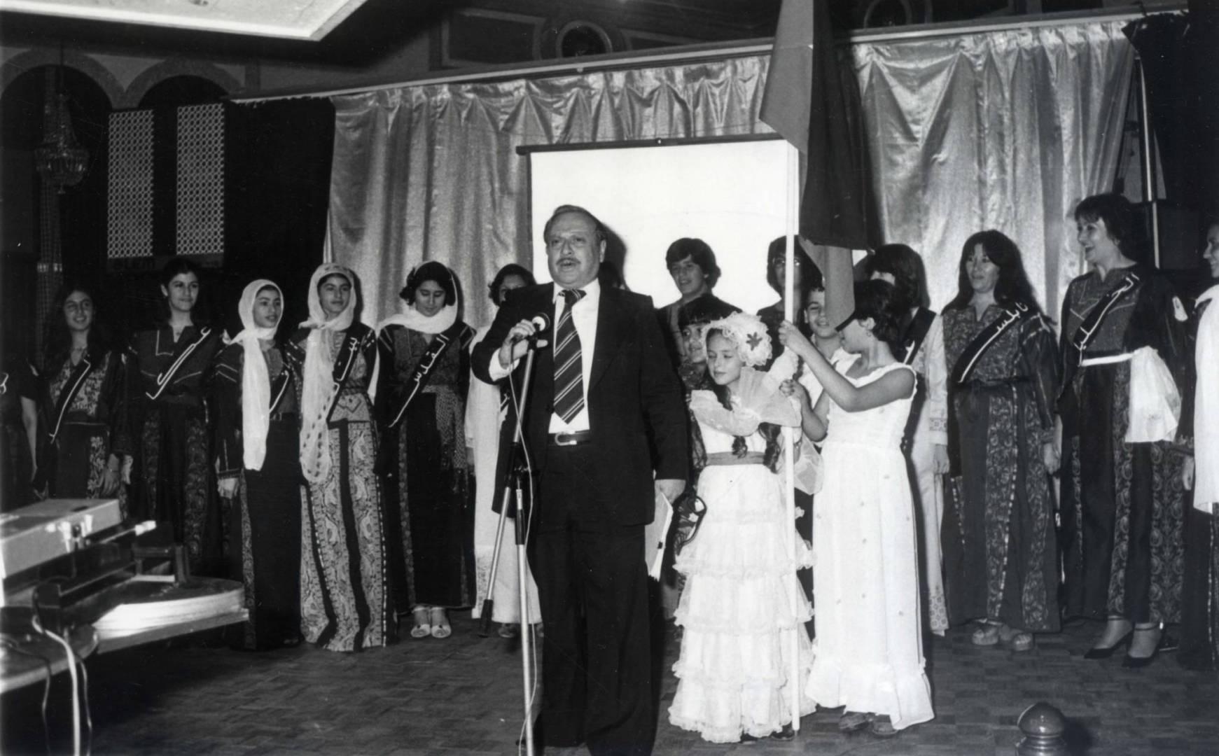 د. حسن أبو غزالة يقدم عرض الأزياء الفلسطينية بالحفل.. أرشيفية