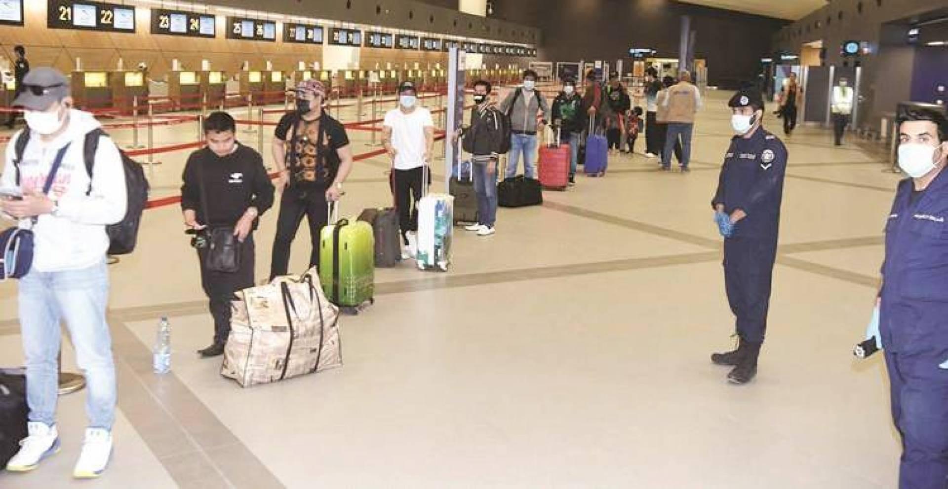مصادر مسؤولة لـ «القبس»: رحلات مخالفي الإقامة وإجلاء المقيمين مستمرة مع الحظر الكلي