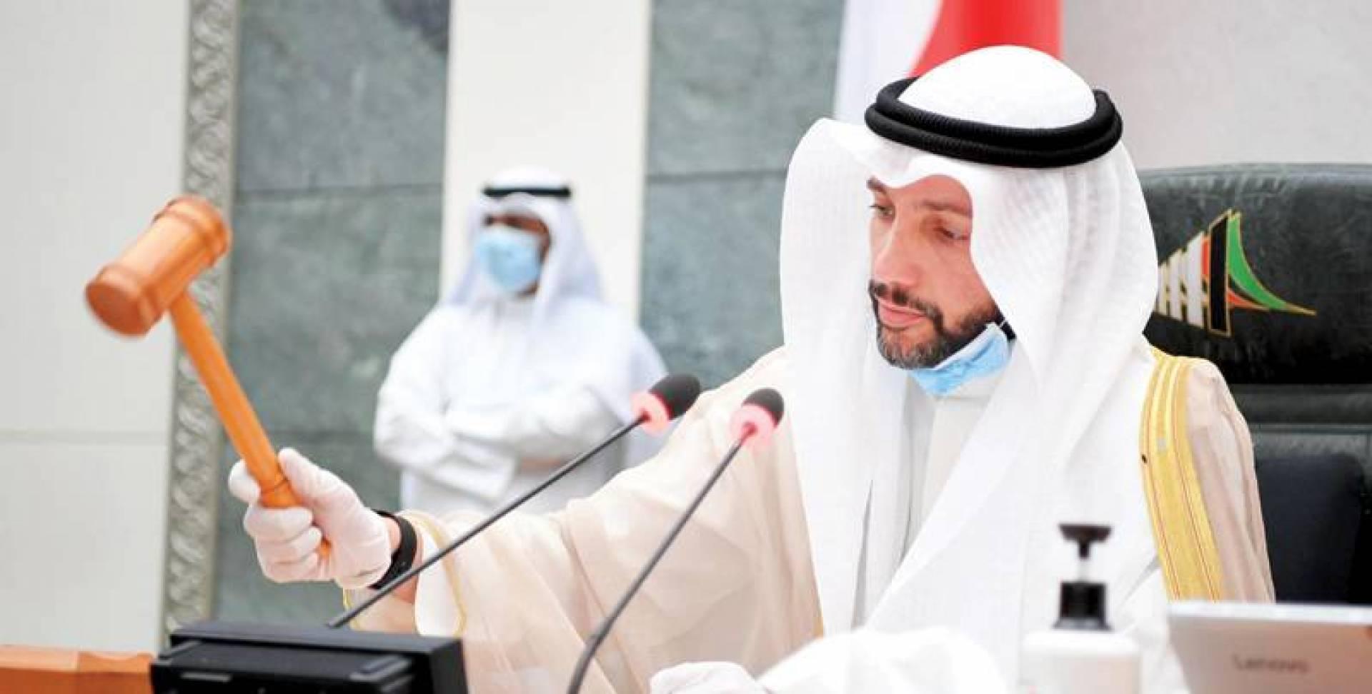 الغانم معلناً رفع الجلسة أمس لعدم اكتمال النصاب وغياب الحكومة