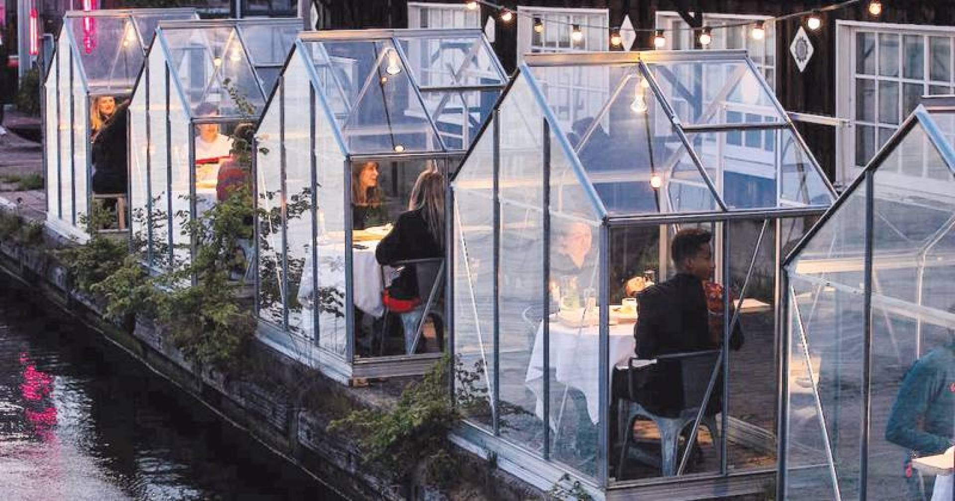 مطاعم هولندا ابتكرت حجرات زجاجية منعزلة لروادها