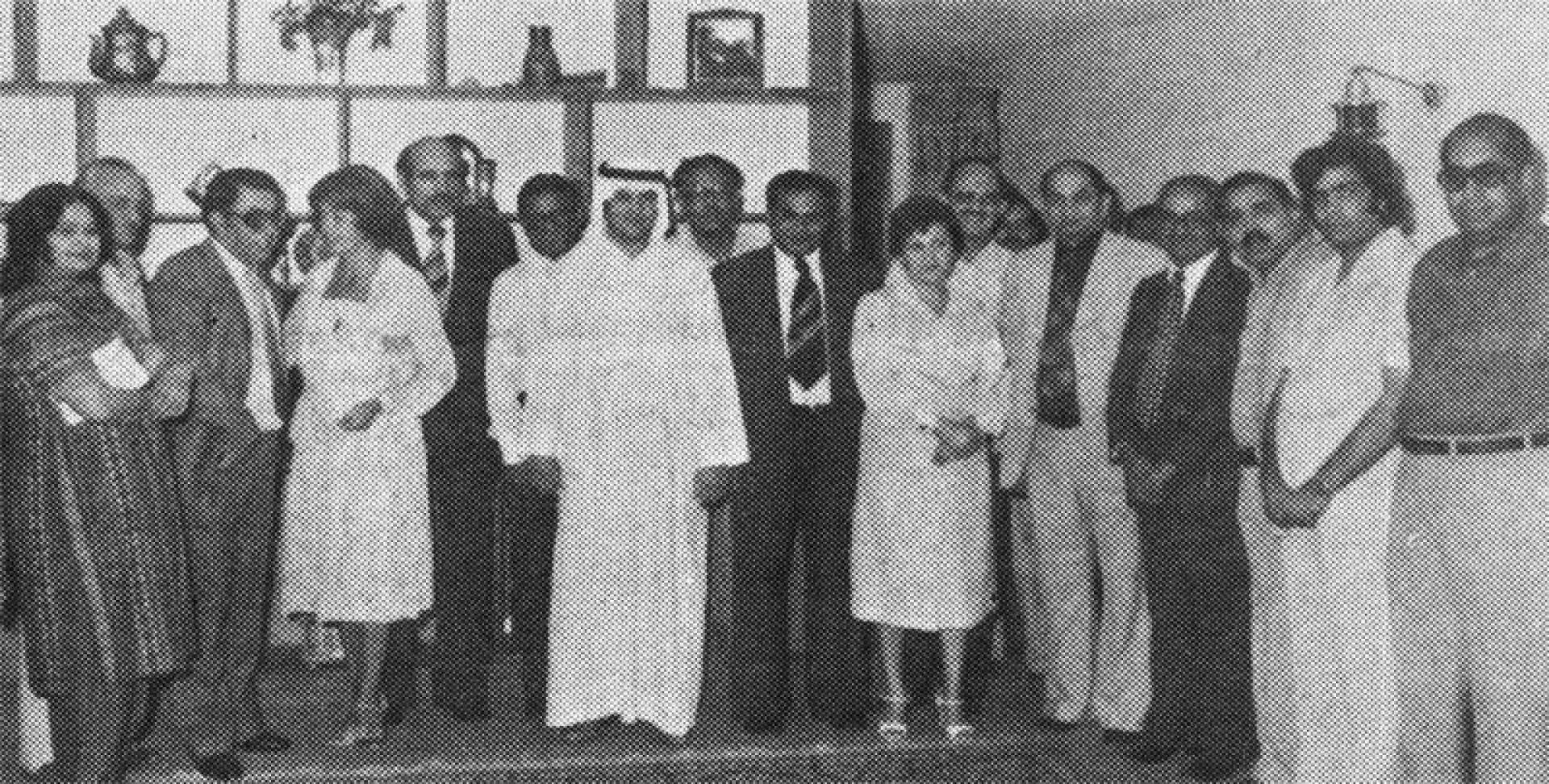 صورة تذكارية تجمع المستشار الصحفي الباكستاني مع عدد من المدعوين.. أرشيفية