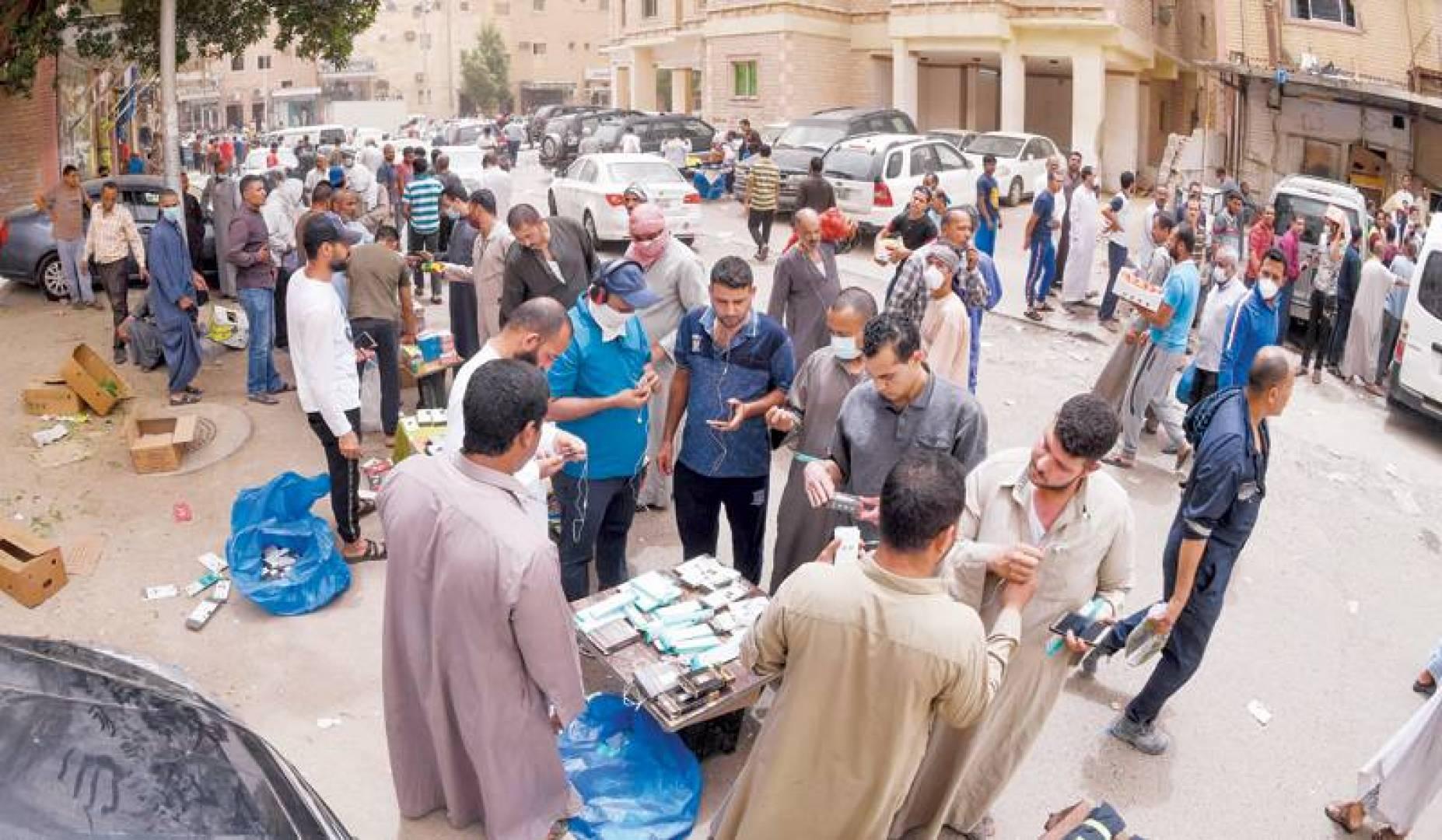 بيع وشراء في الهواء الطلق.. وسط غياب الإجراءات الاحترازية! )تصوير محمود الفوريكي(