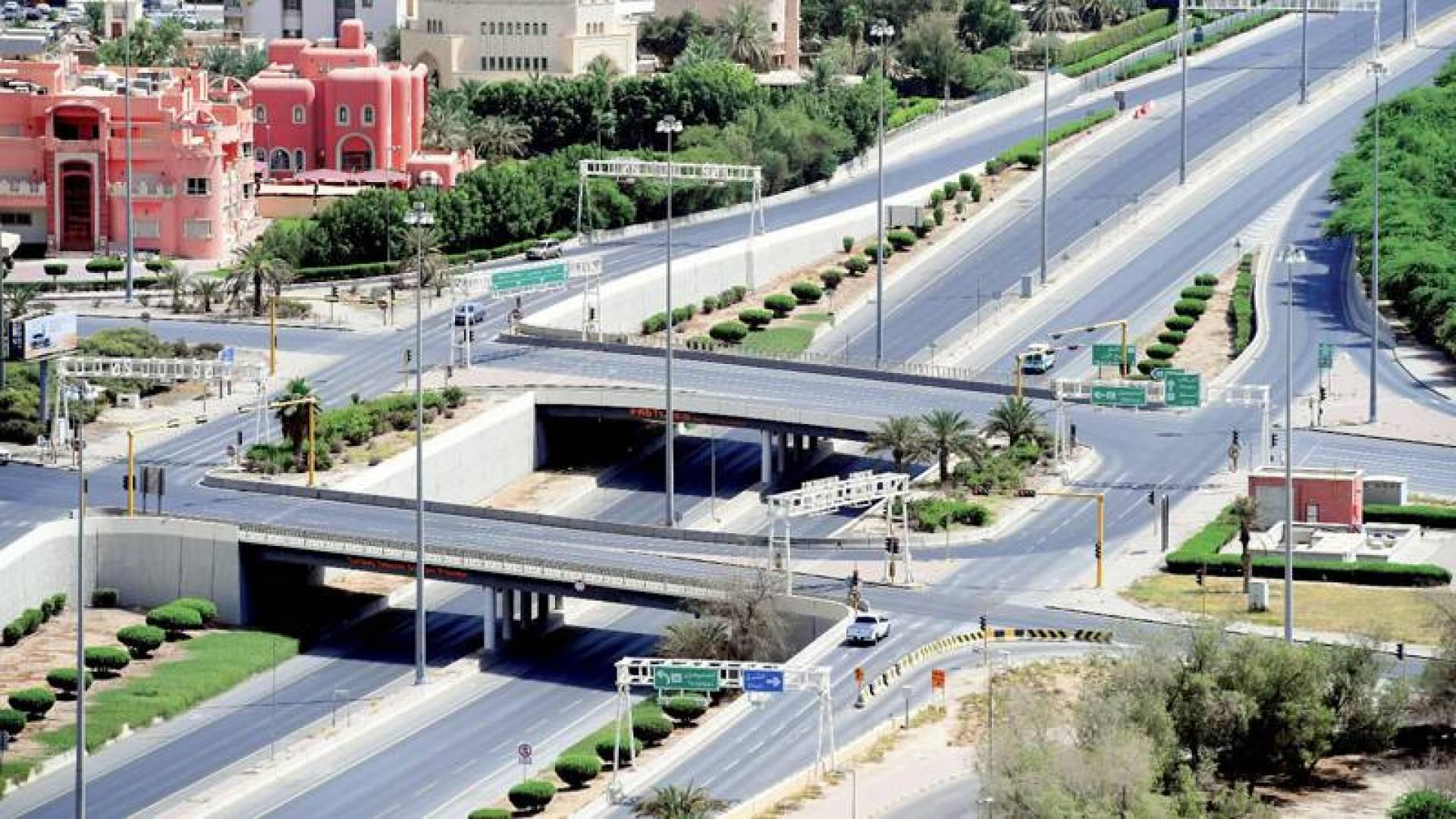 الشوارع خالية التزاماً بقرار الحظر الشامل ) تصوير: بسام زيدان(