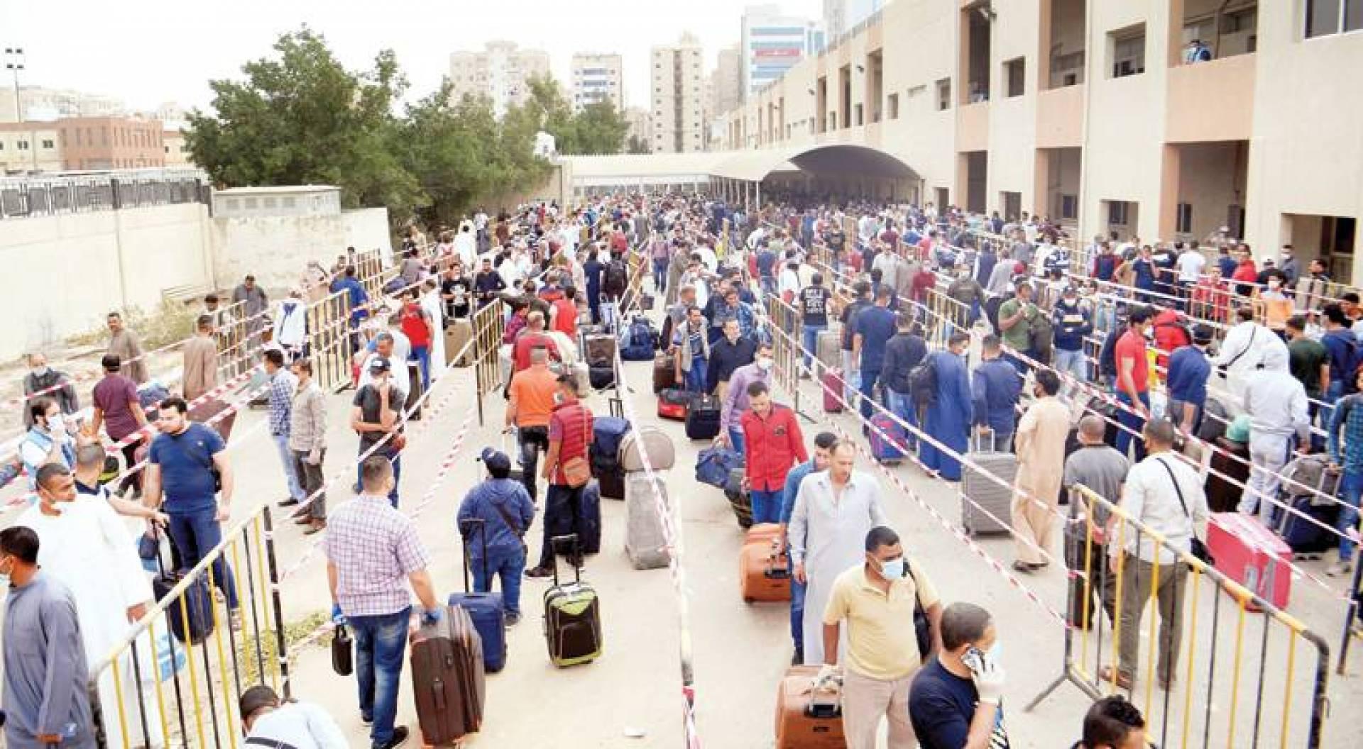 مخالفو الإقامة من الجالية المصرية لدى تسليم أنفسهم للمغادرة الشهر الماضي (تصوير: بسام زيدان)