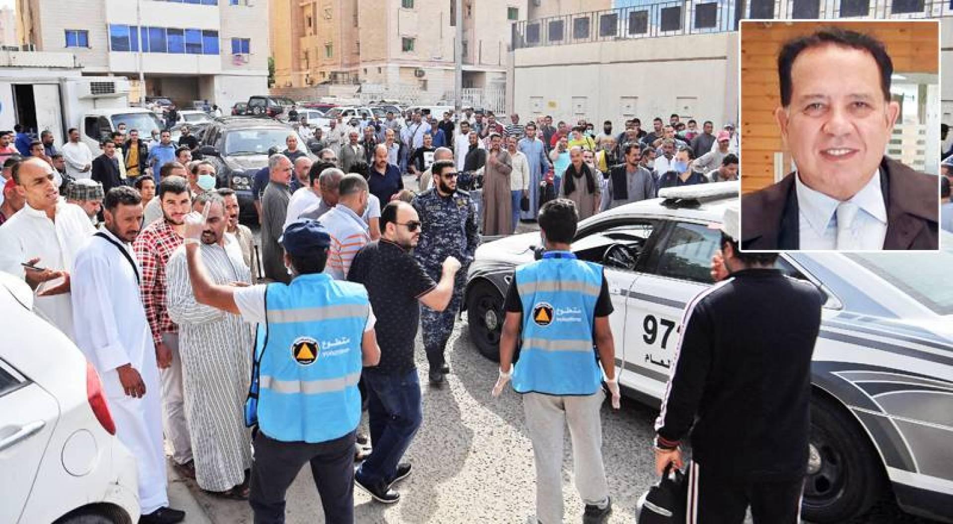 كمال عثمان - مخالفون للإقامة أمام مركز تسجيل الراغبين في مغادرة البلاد ضمن مهلة «غادر بأمان» الشهر الماضي (تصوير: بسام زيدان)