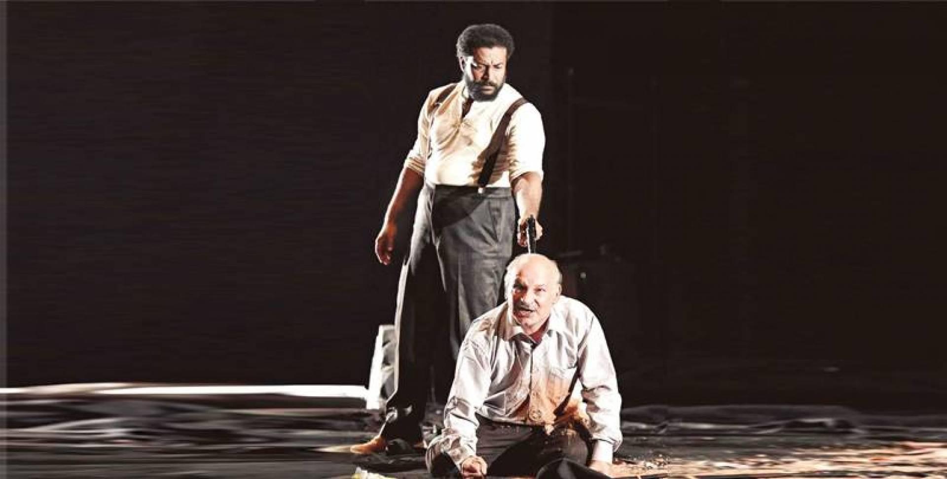 مشهد لأحمد السلمان وفيصل العميري في مسرحية «القلعة»