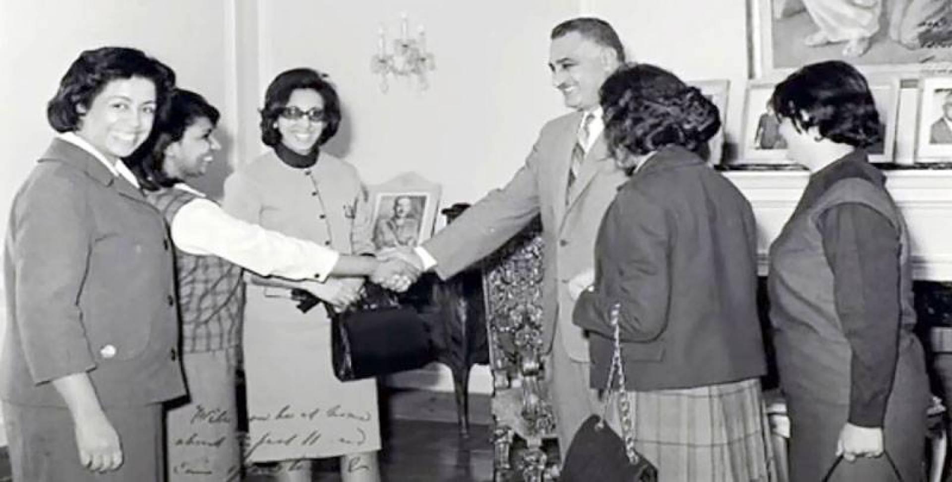 القطامي إلى يمين عبدالناصر خلال استقباله الوفد النسائي الكويتي عام 1963